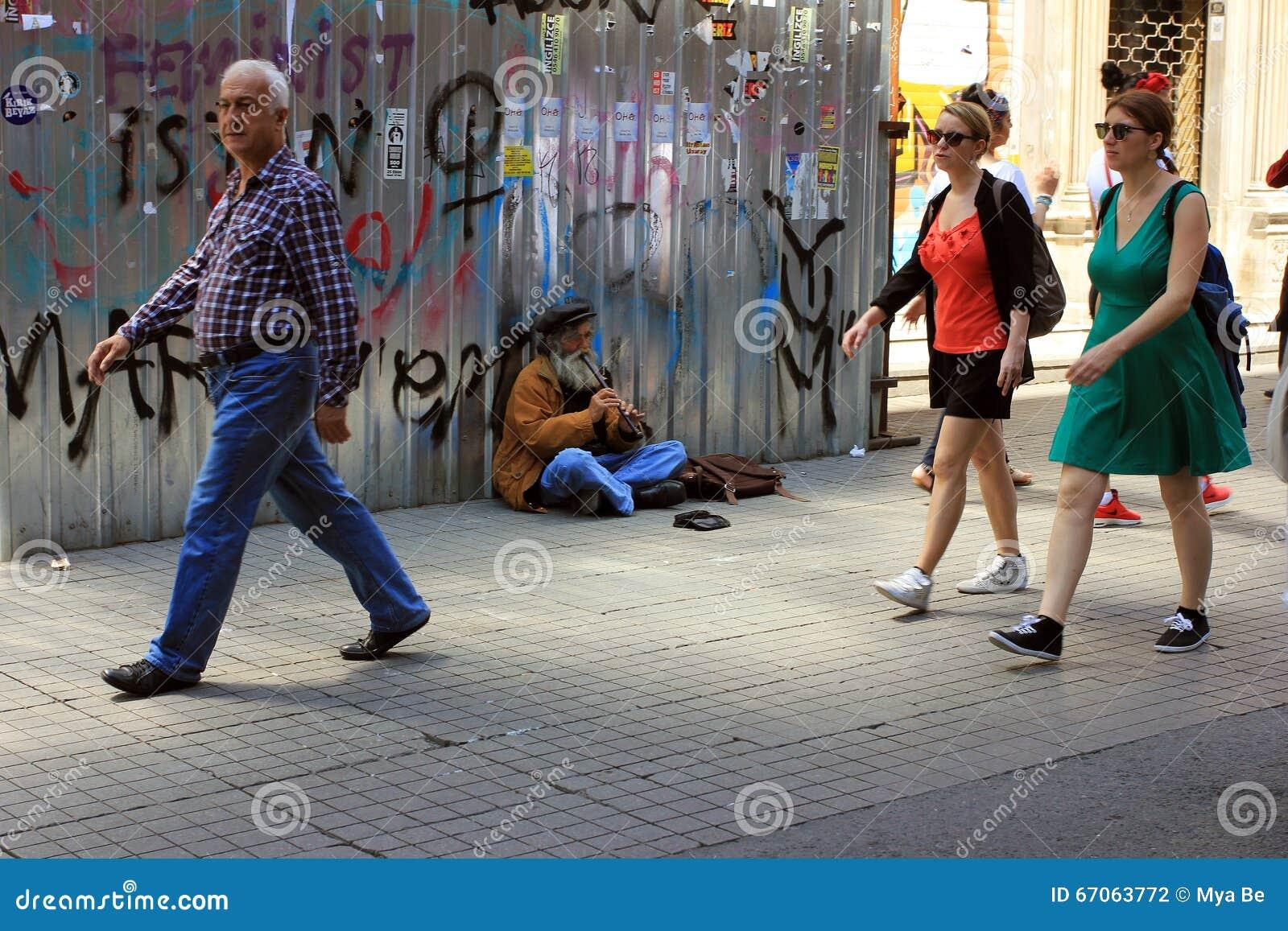 Viejo músico en la calle en Estambul, Turquía