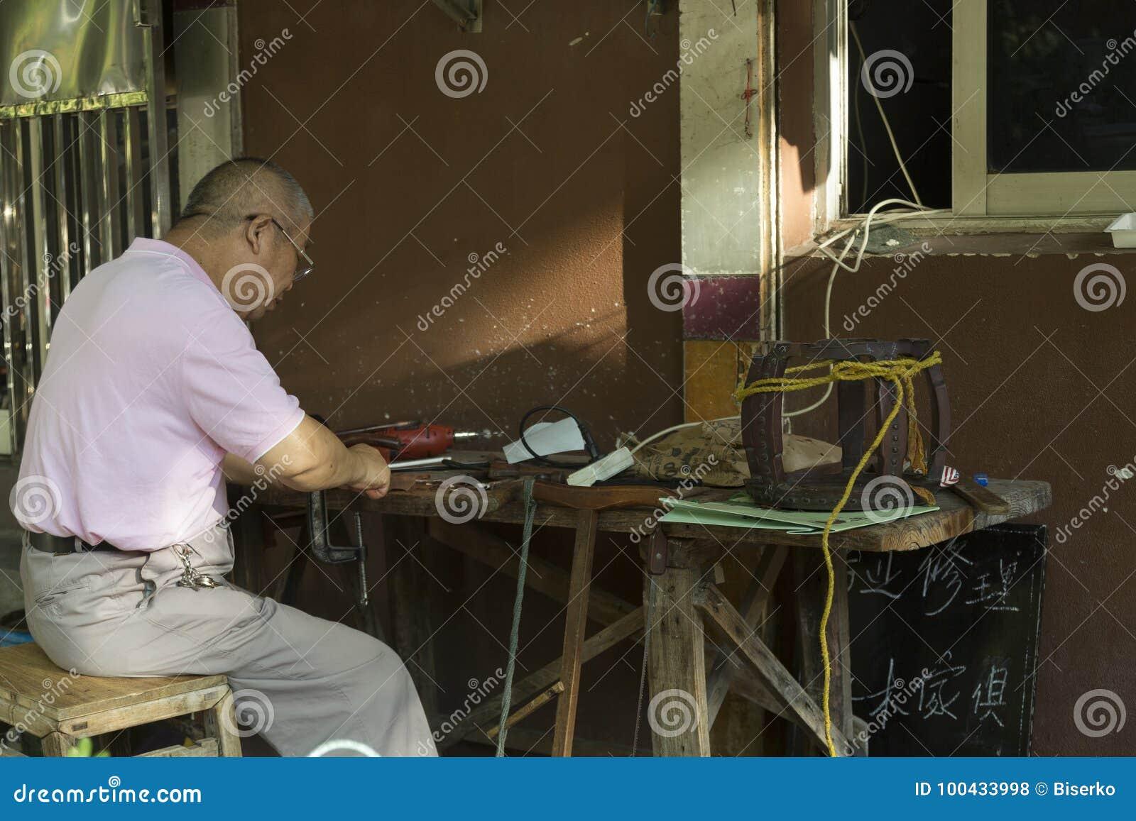 Viejo Maestro Que Repara Los Muebles Antiguos En China Foto De  # Muebles Maestro