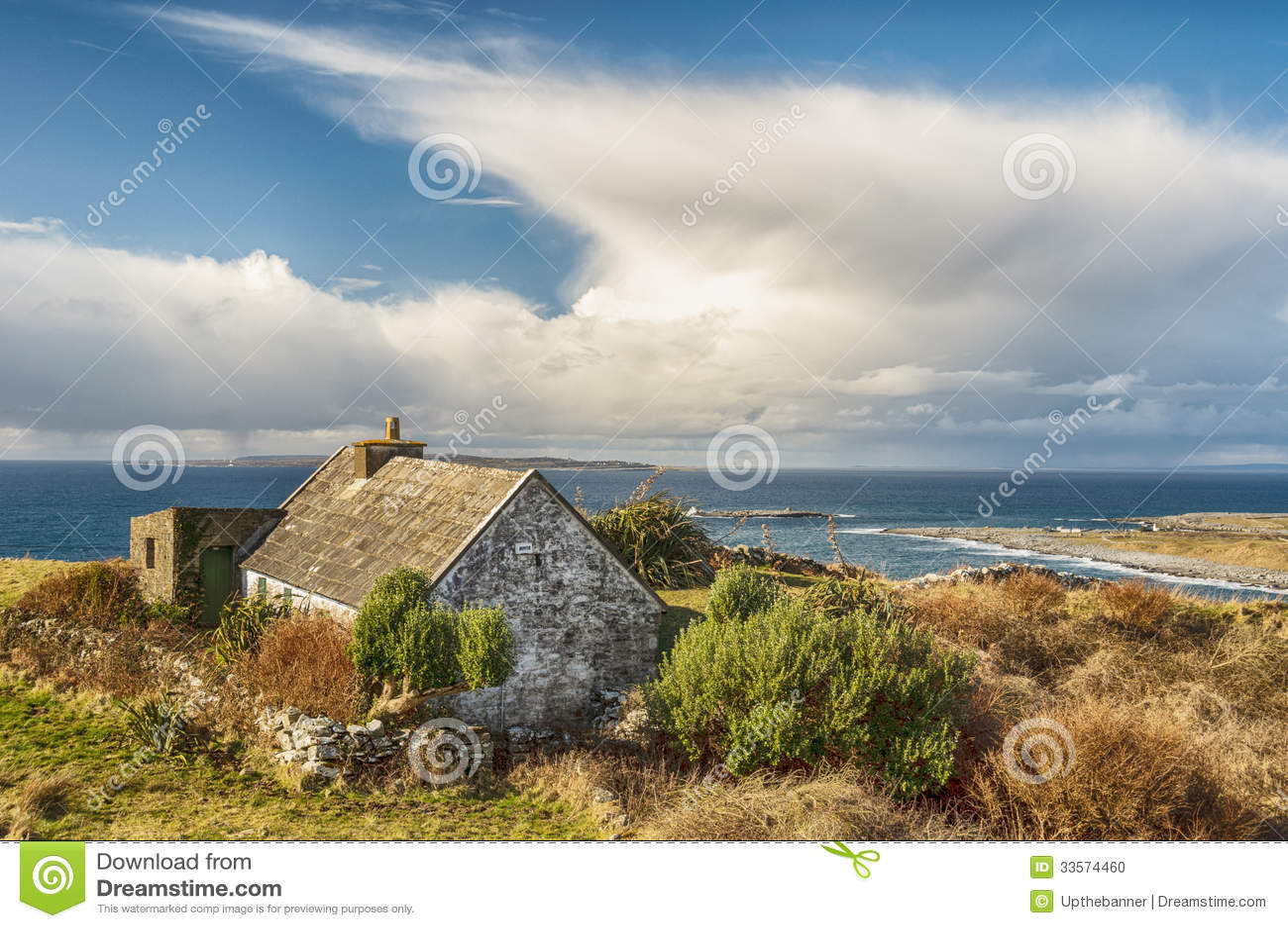 Viejo paisaje irlandés rural de la cabaña