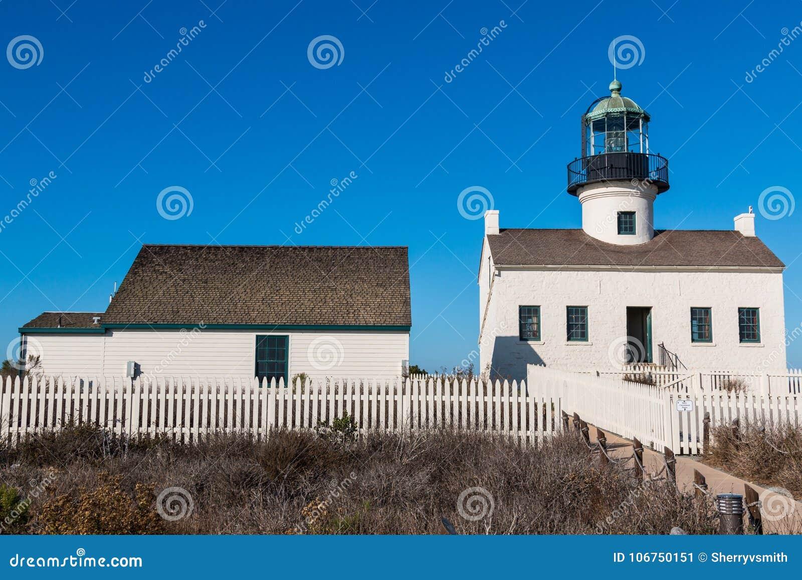 Viejo punto Loma Lighthouse y edificio adyacente