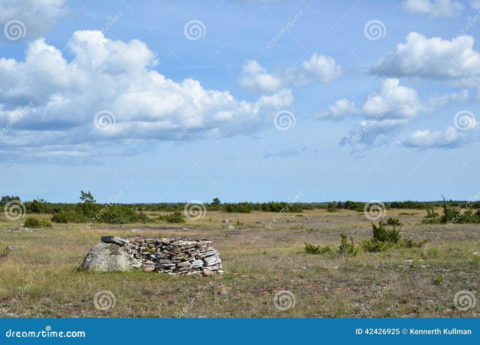 Viejo refugio de la caza en un paisaje abierto