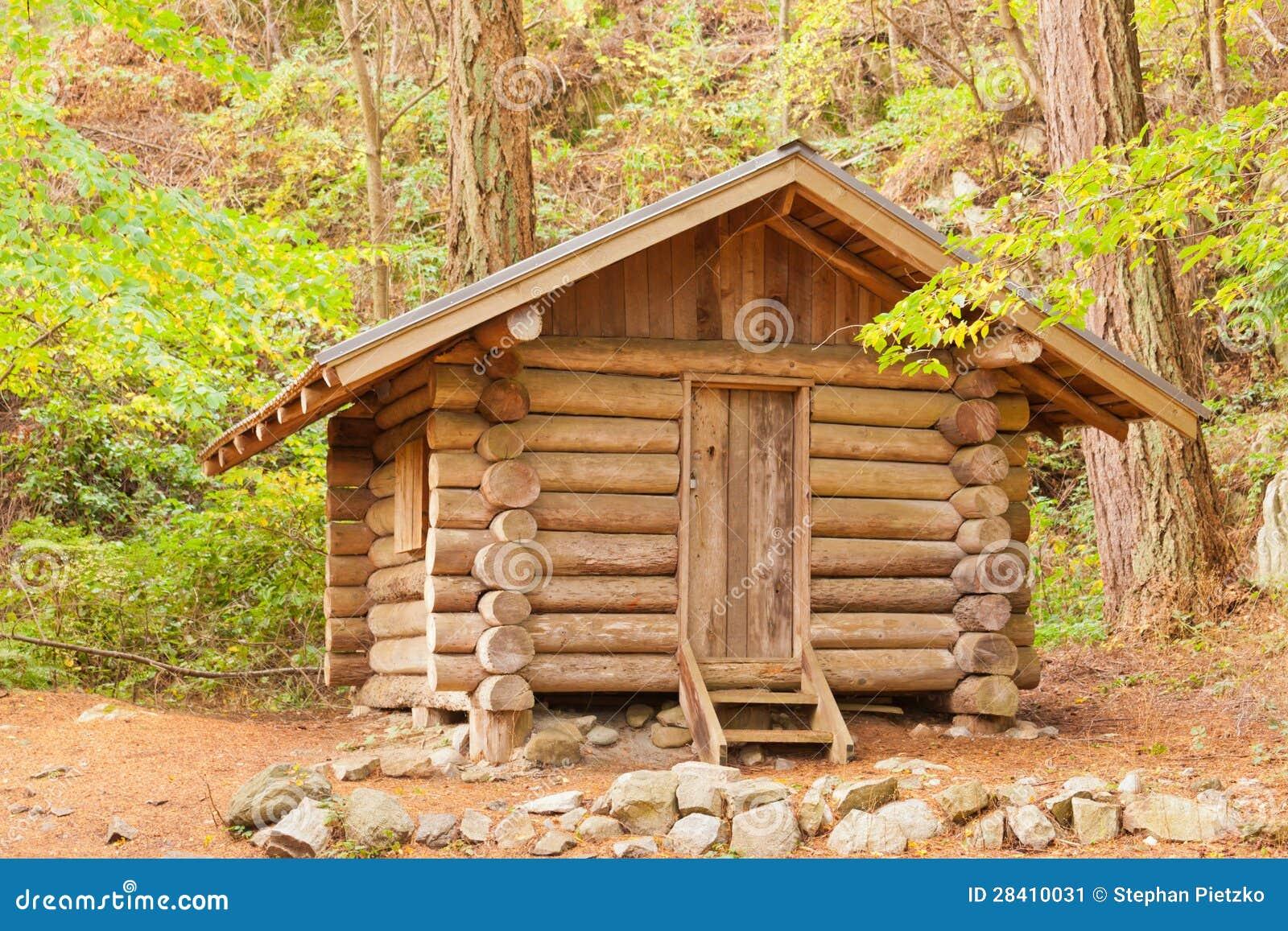 Viejo refugio s lido de la caba a de madera ocultado en el - Cabanas de madera en arboles ...