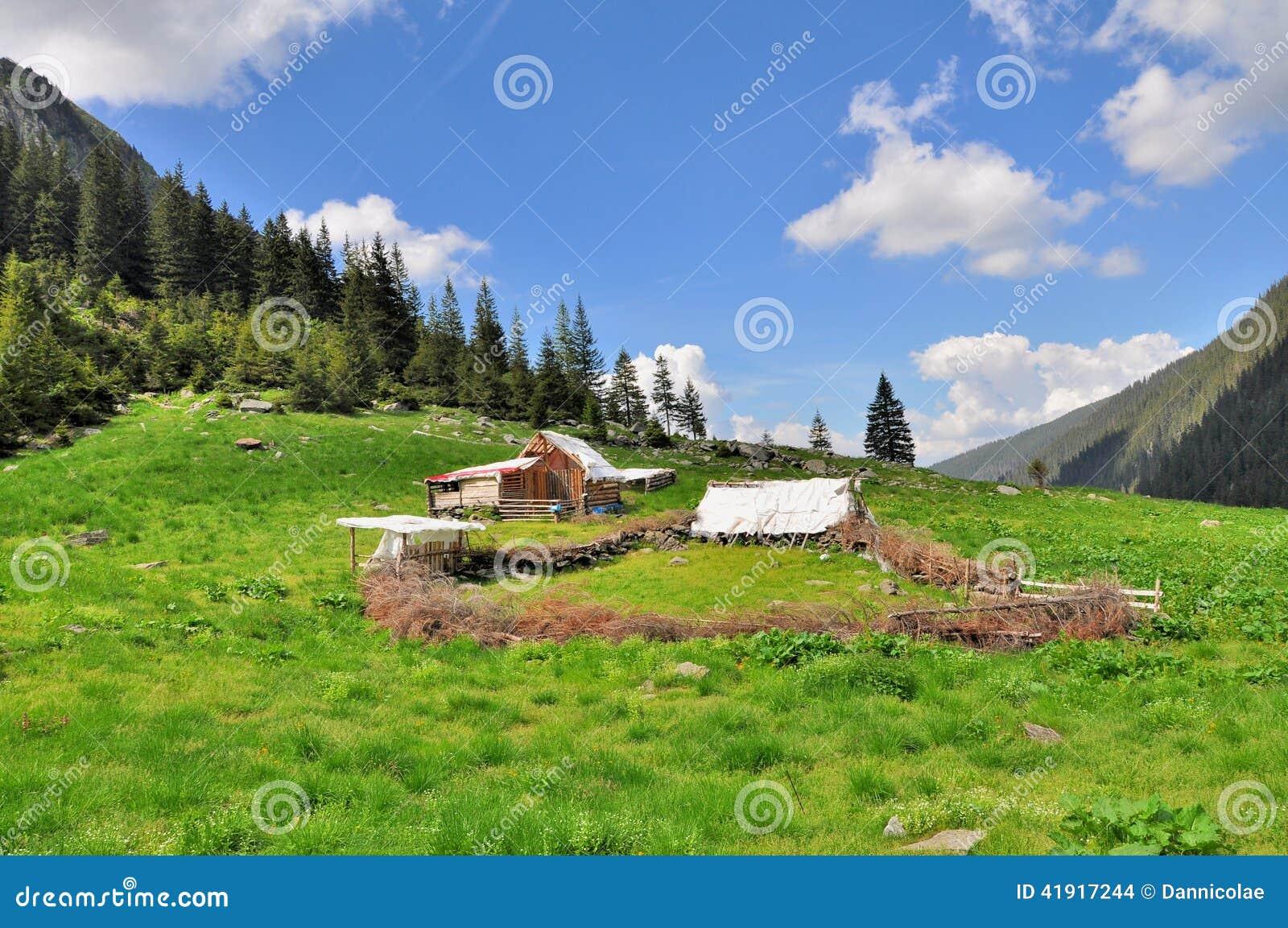 Viejo sheepfold de madera en montañas