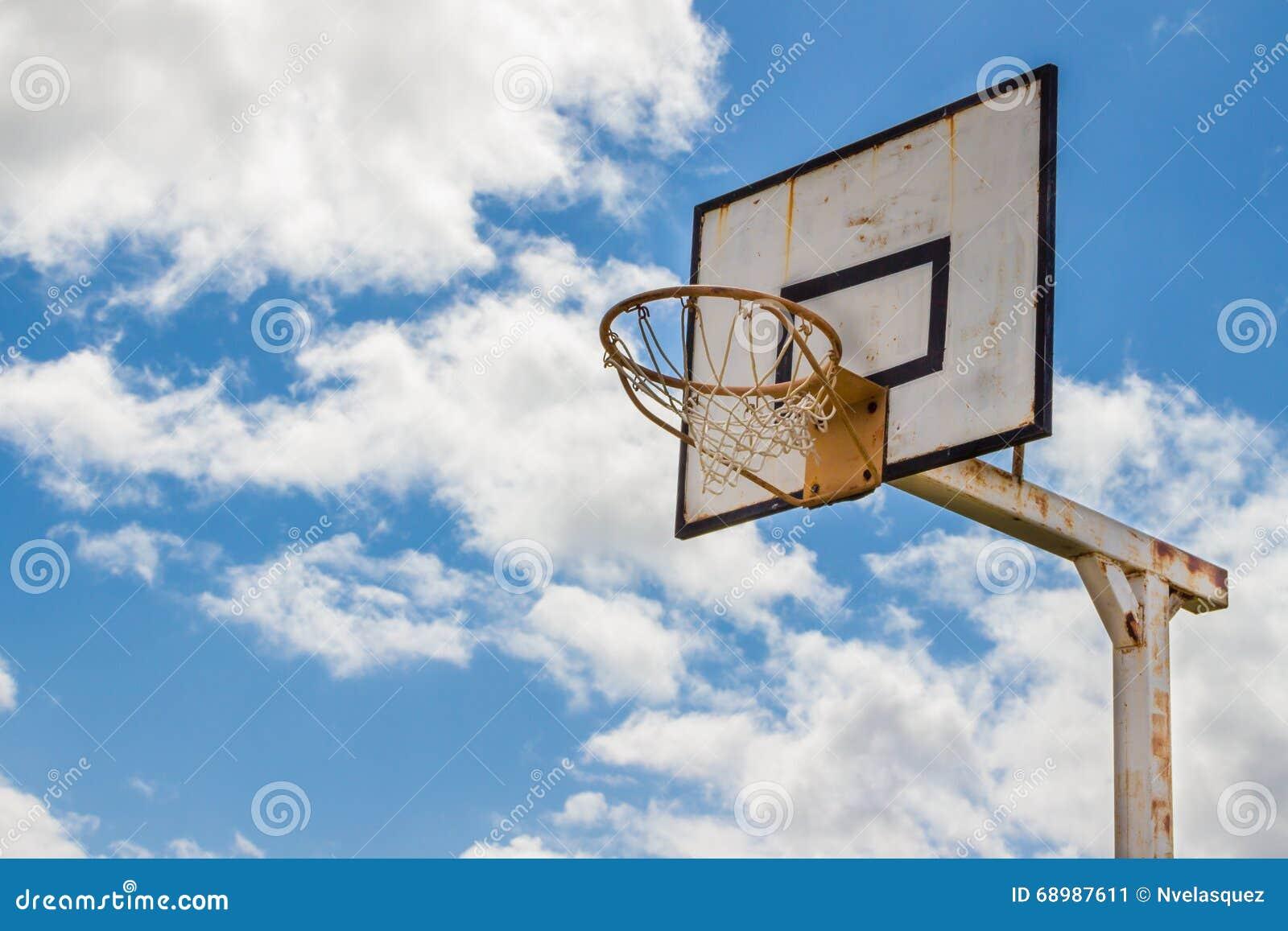 Viejo tablero oxidado del baloncesto