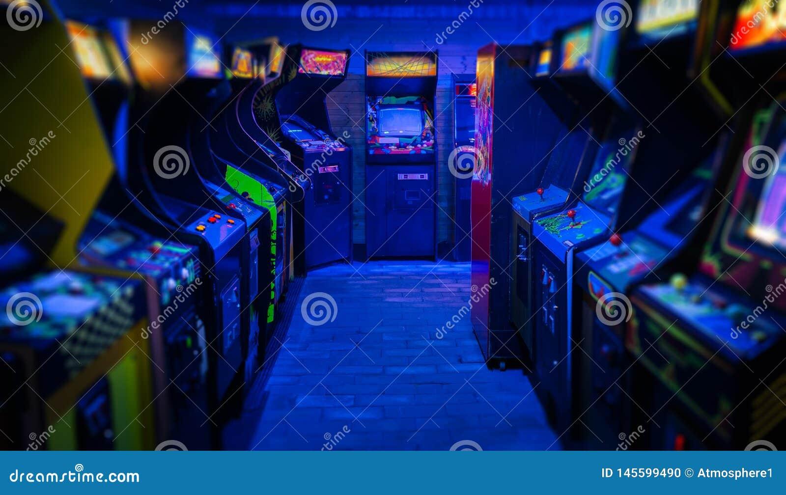 Viejo Vintage Arcade Video Games En Un Cuarto Oscuro Vac?o ...