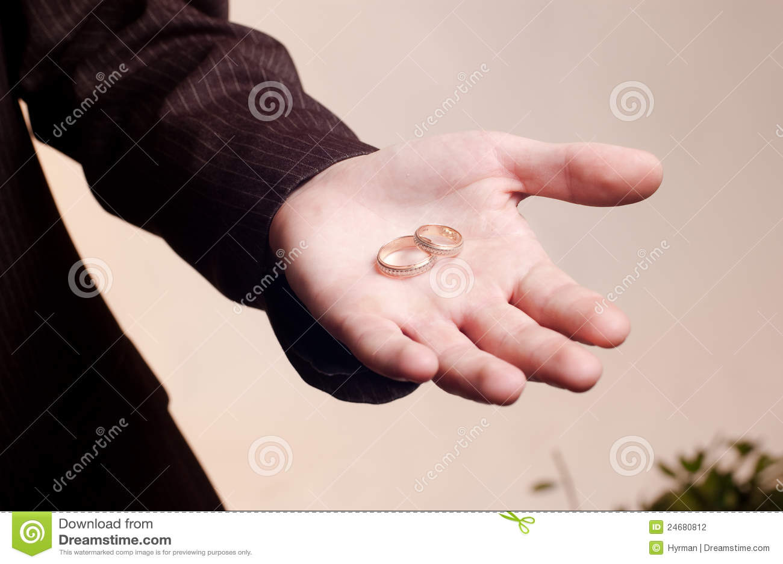 viejos anillos de bodas de oro en la mano del hombre fotografa de archivo