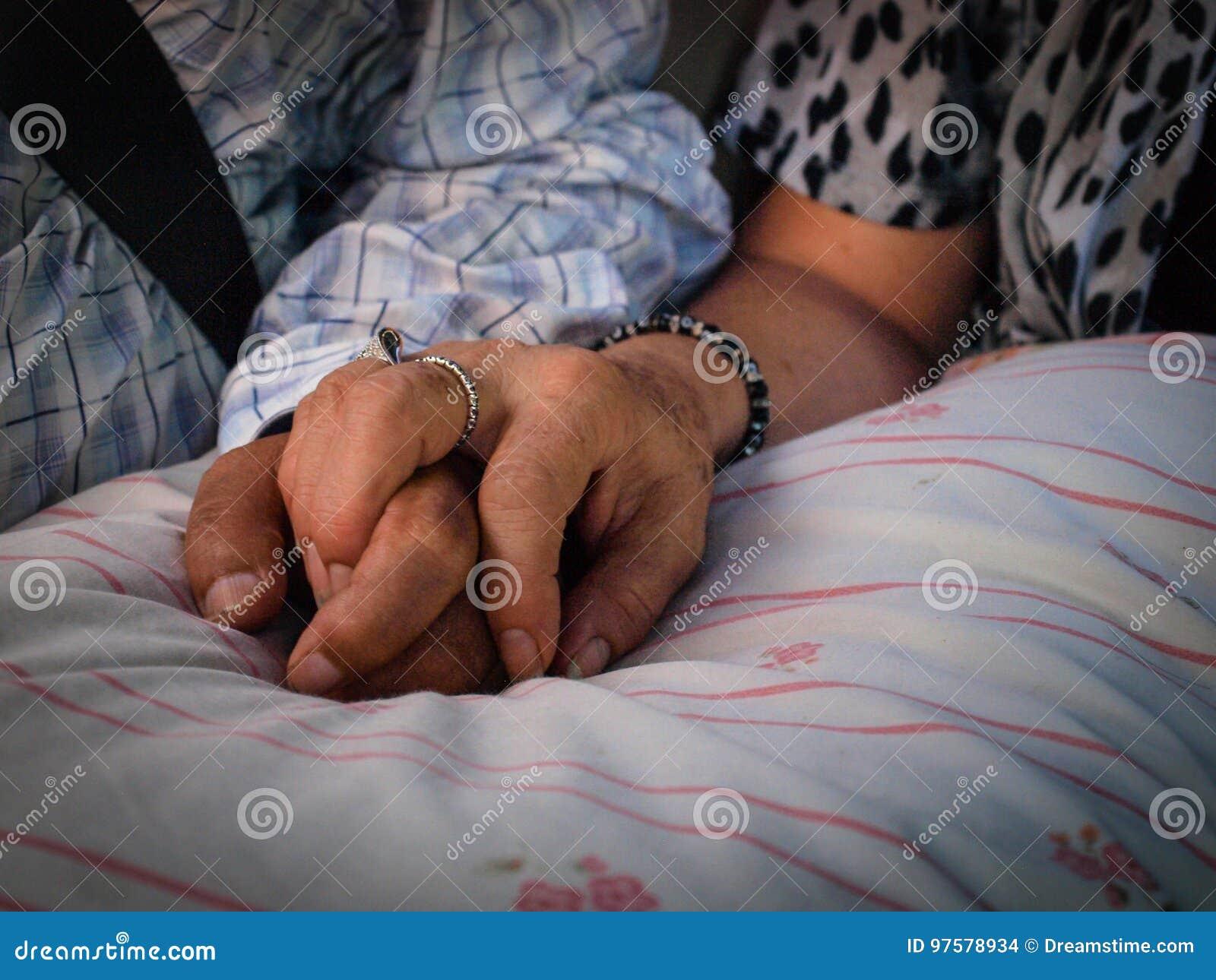 Viejos pares que se detienen manos