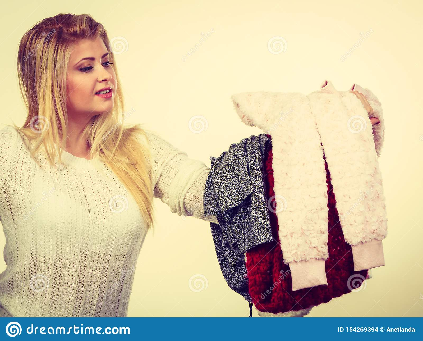 Viel Frau, halten Kleidung