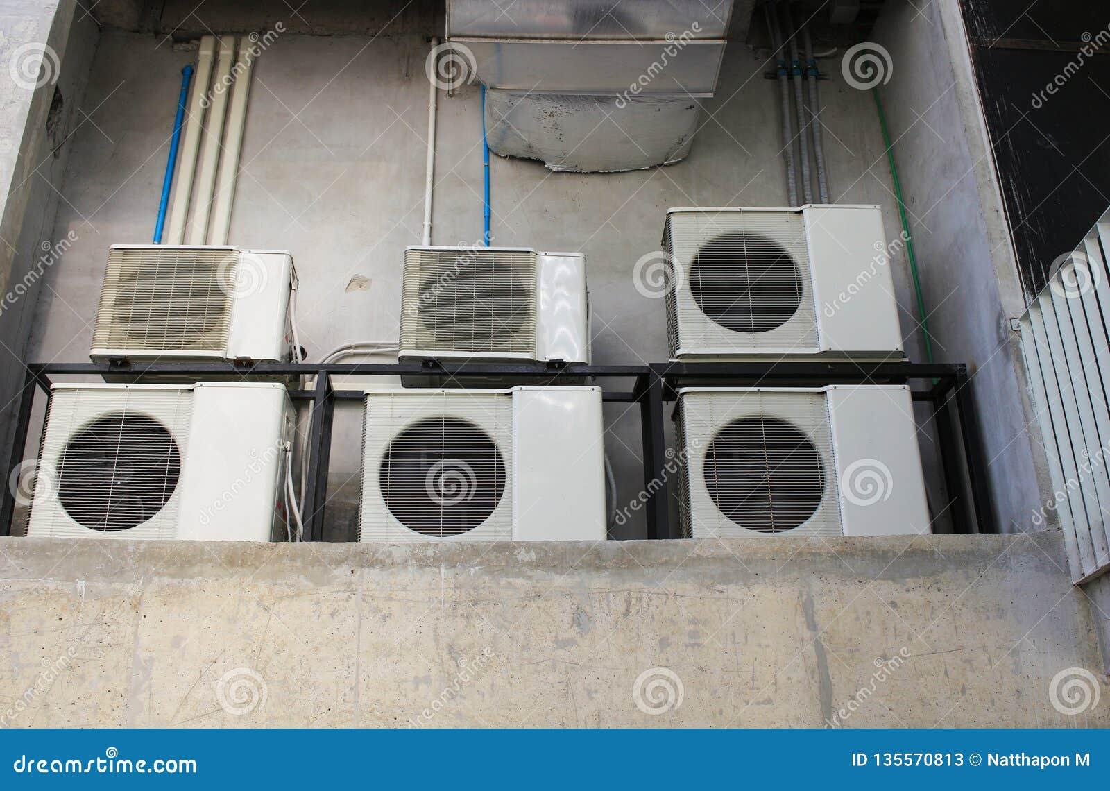 Viel Klimaanlagenkompressor installiert in Altbau