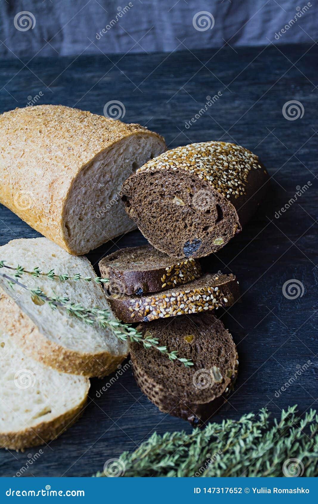 Viel verschiedenes Brot auf einem hölzernen Brett