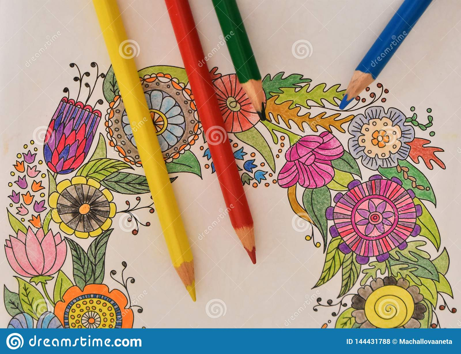 Viele farbigen Bleistifte auf dem Malbuch - bunter Regenbogen