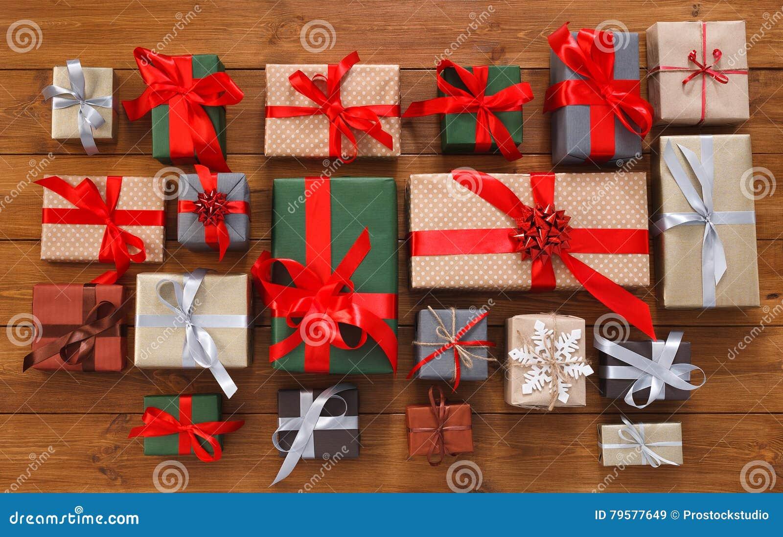 Viele Geschenkboxen Auf Holz, Weihnachtsgeschenke Im Papier ...