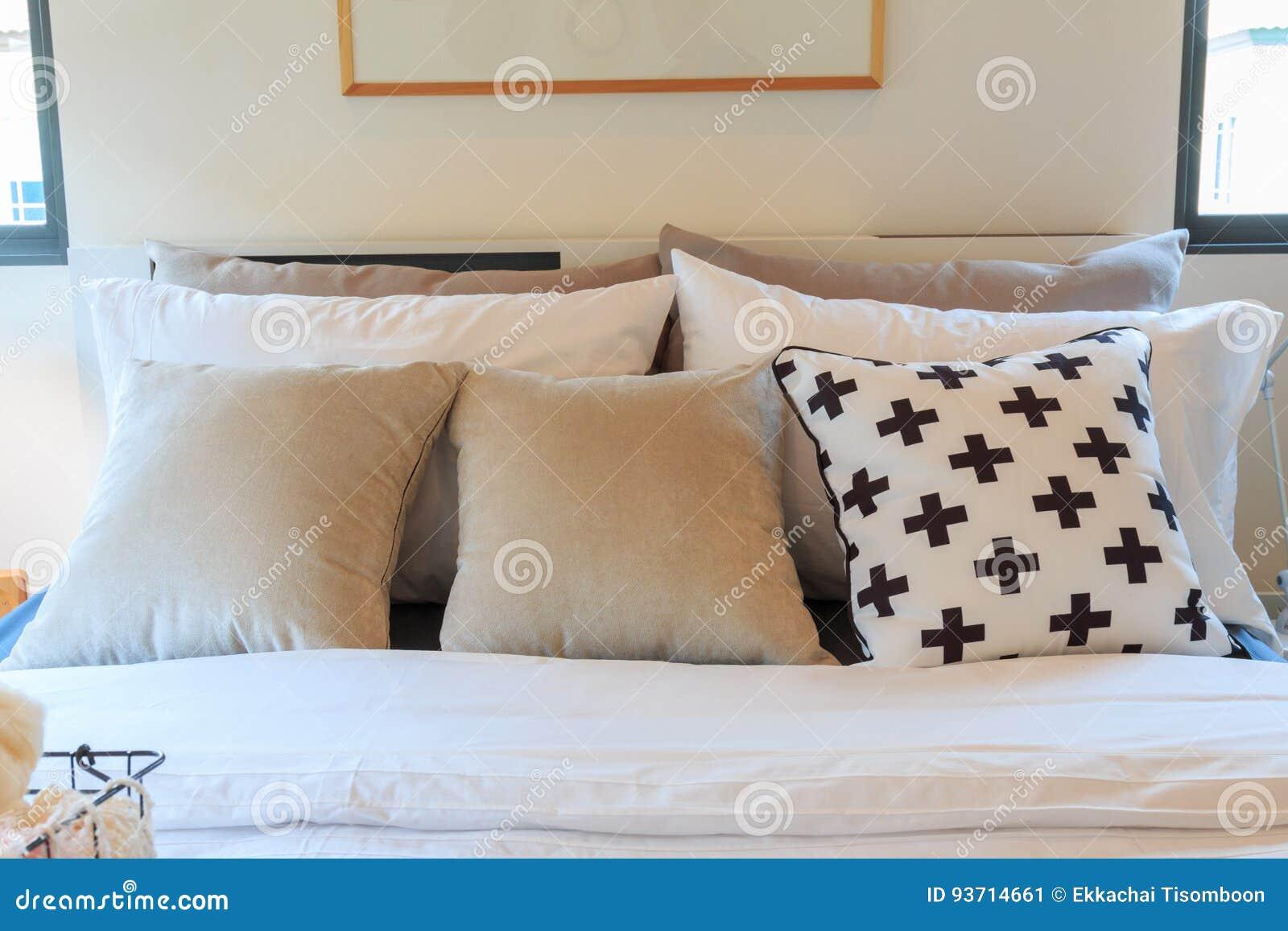 Viele Kissen Auf Dem Bett Haben Einen Bilderrahmen Stockbild - Bild ...