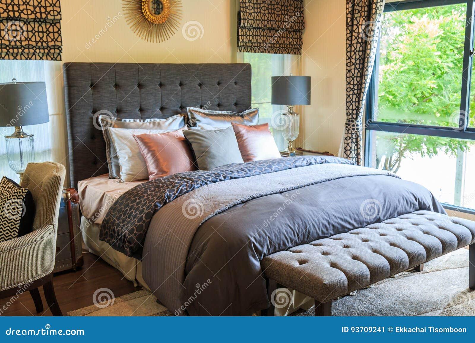 Viele Kissen Auf Dem Bett Und Die Bettscheinwerfer Mit Warmem Licht ...