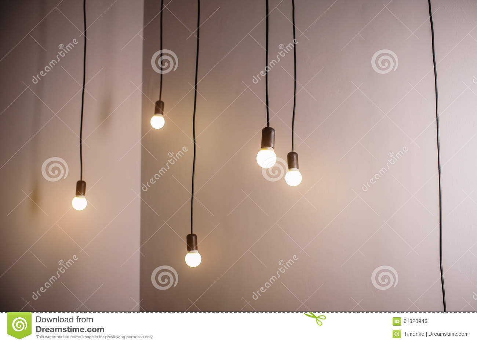 Viele Lampen Auf Einer Langen Schnur Und Einem Hängenden ...