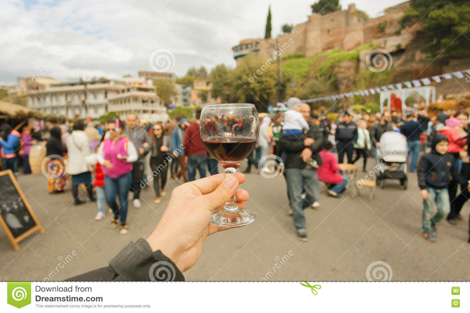 Viele Leute mit gehenden Familien Feierden straßen mit Wein während des Festivals Tbilisoba Land Tifliss, Georgia