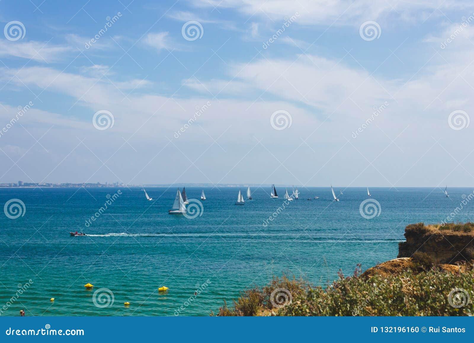 Viele Segelboote, die in den Ozean nahe der Küste von Lagos segeln