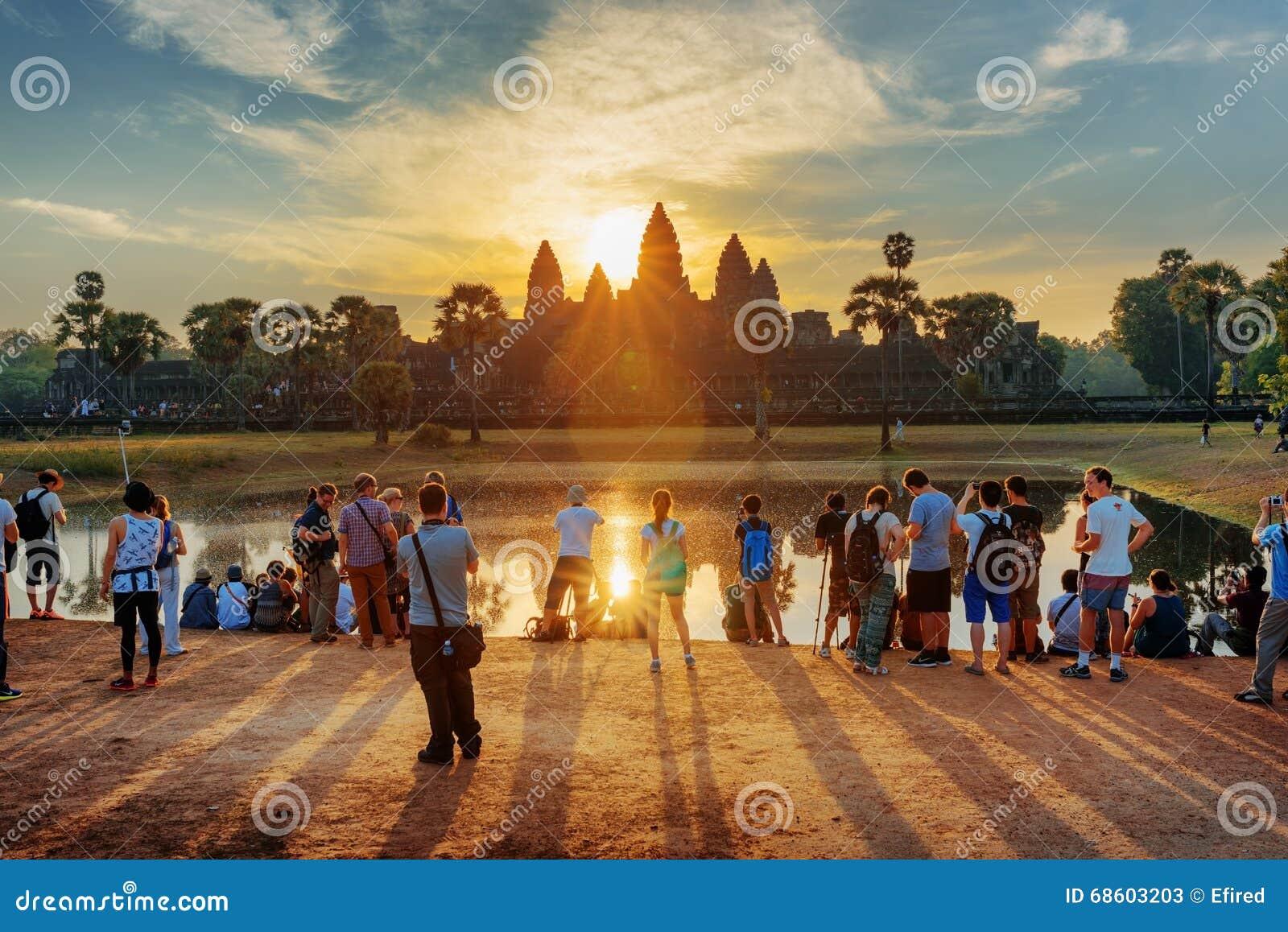 Viele Touristen, die Foto von Angkor Wat bei Sonnenaufgang machen