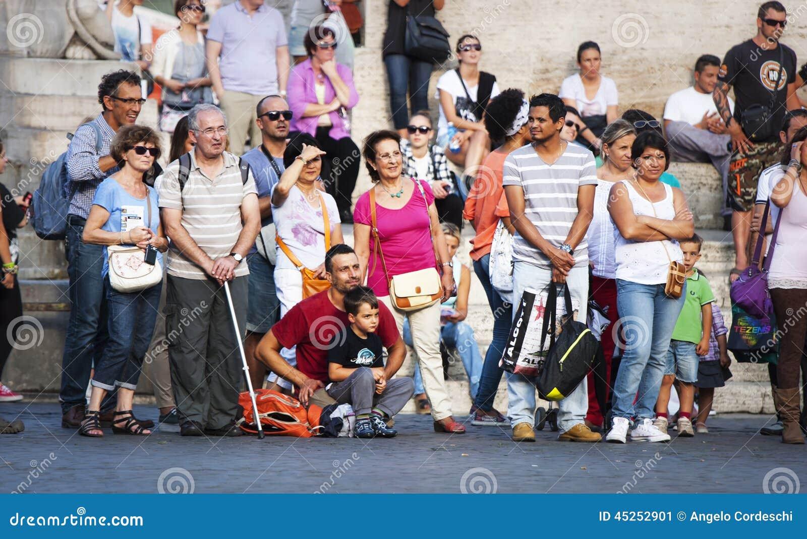Viele Touristenleute ausgerichtet