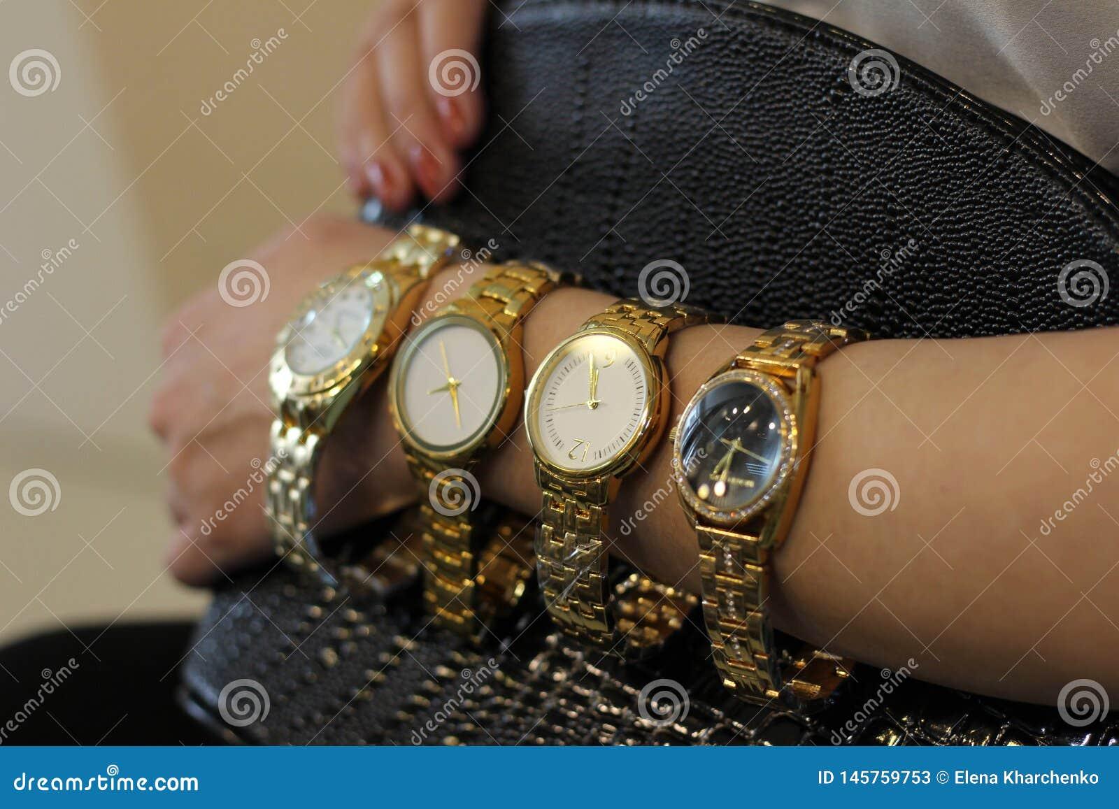 Viele Uhren das Mädchen hat auf ihrer Hand eine Golduhr