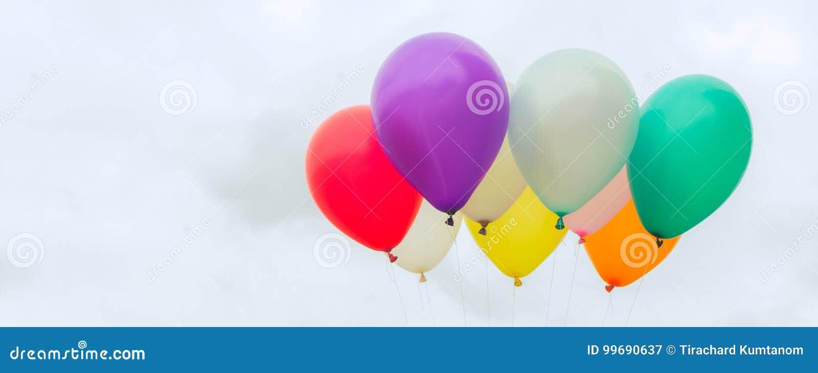 Viele von bunten Ballonen auf dem blauen Himmel, von Konzept der Liebe im Sommer und von Valentinsgruß, Heiratsflitterwochen - pa