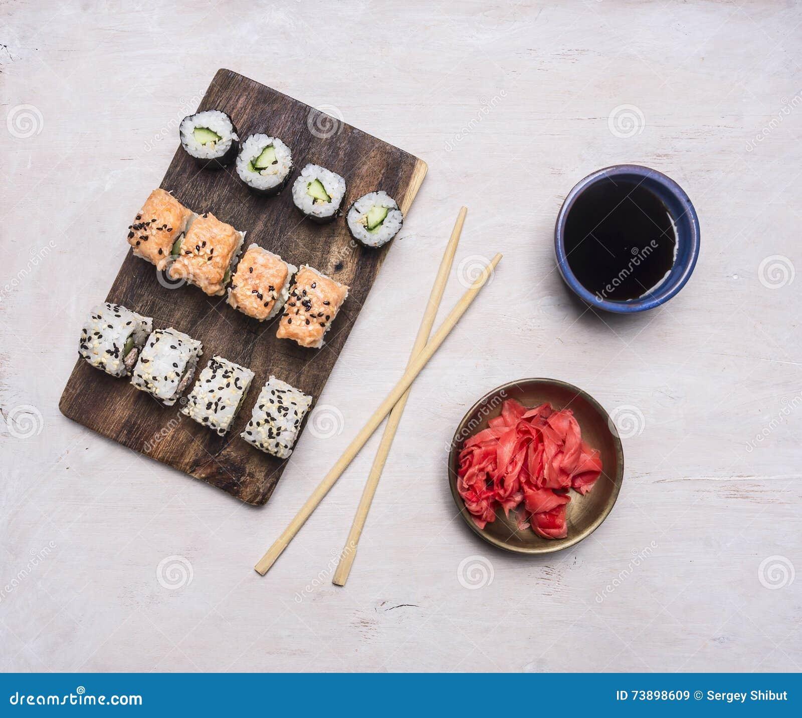 Ingwer Küche | Vielzahl Der Selbst Gemachten Sushirolle Mit Gurke Lachsen Und