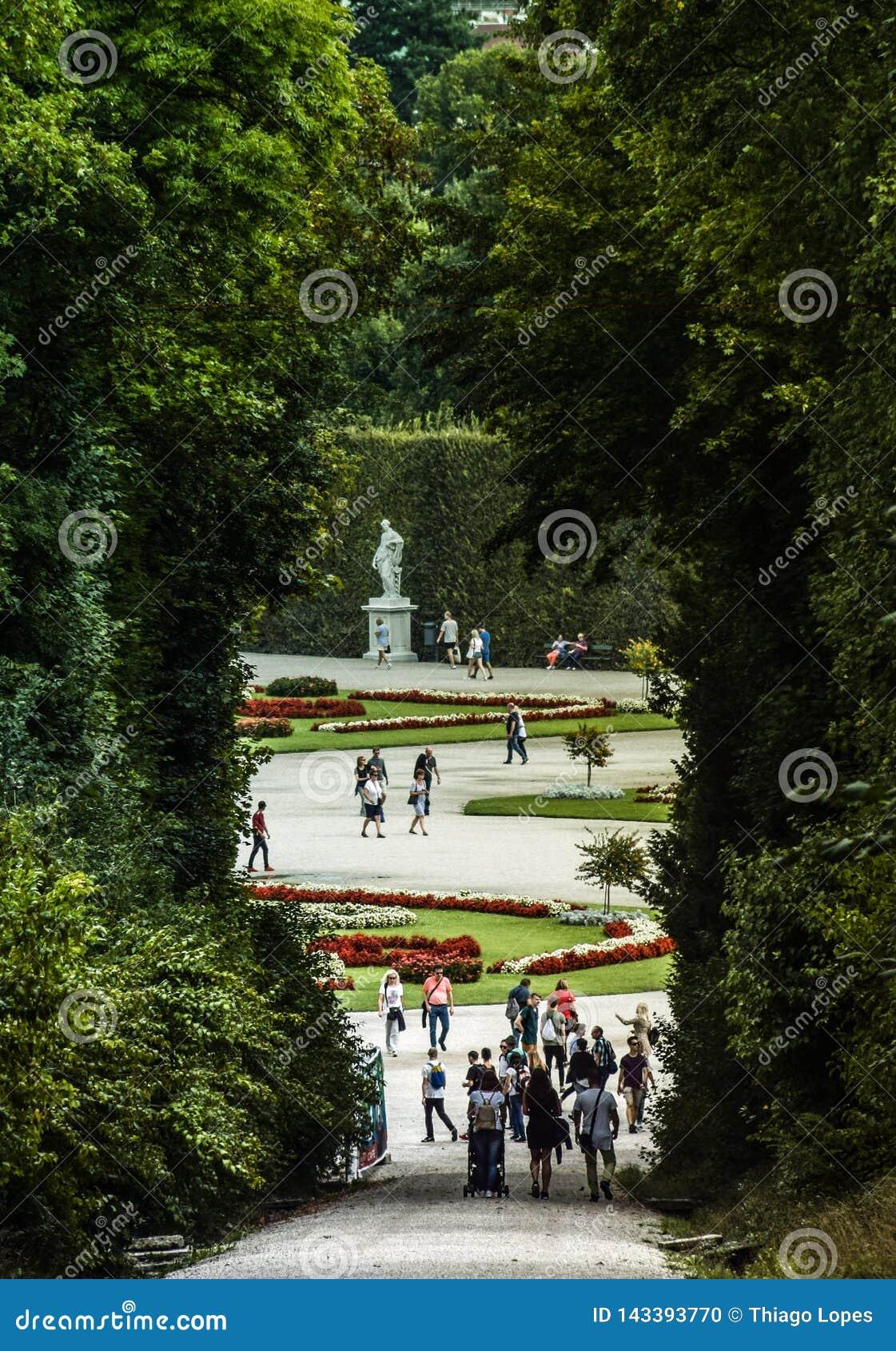 Viena, Áustria, setembro, 15, 2019 -: Turistas que andam nos jardins do palácio de Schonbrunn, um imperial anterior