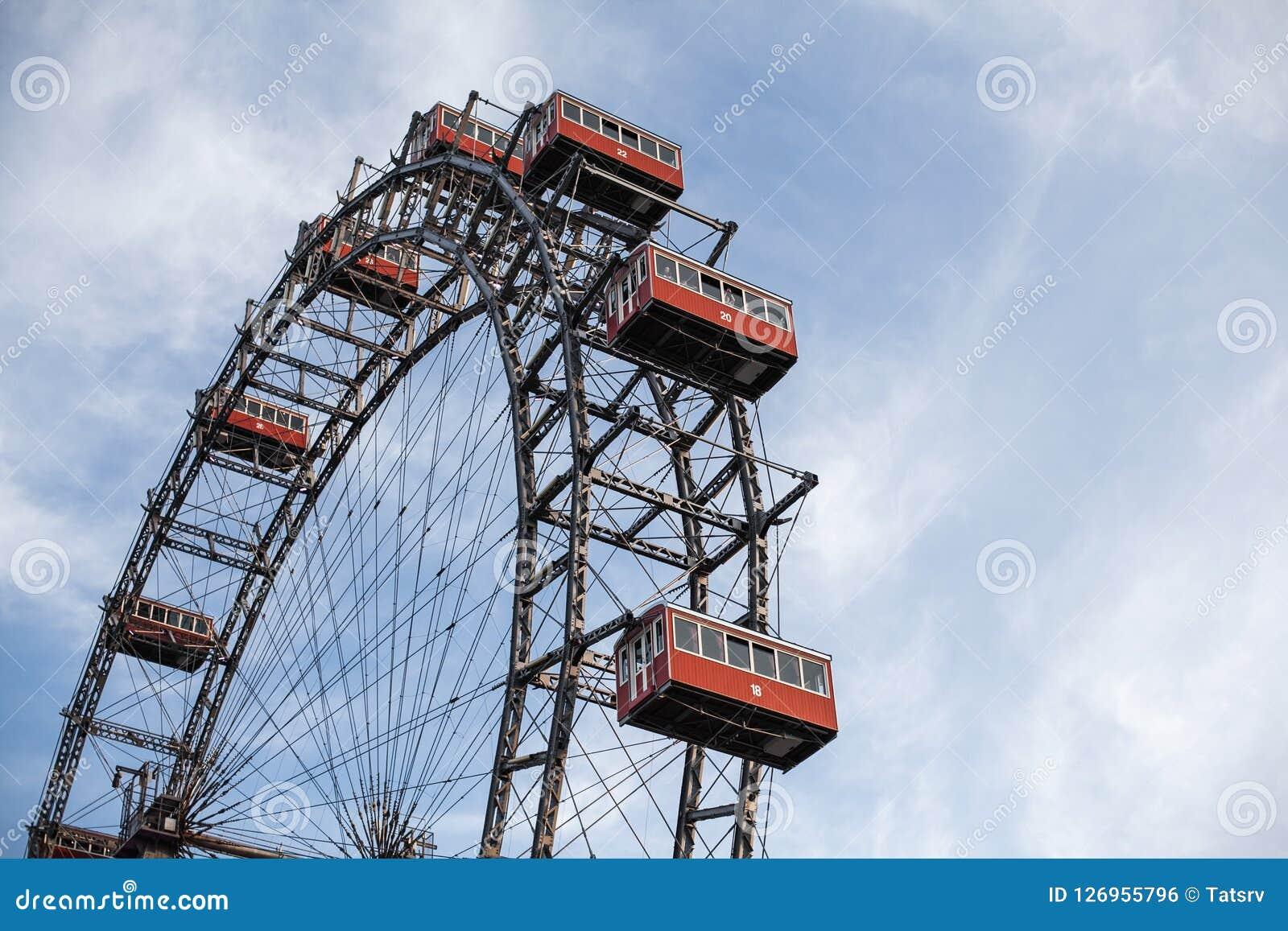 Viena, Austria 5 de junio de 2018: Gigante Ferris Wheel Wiener Riesenrad de Prater a partir de 1897, señal histórica de la ciudad