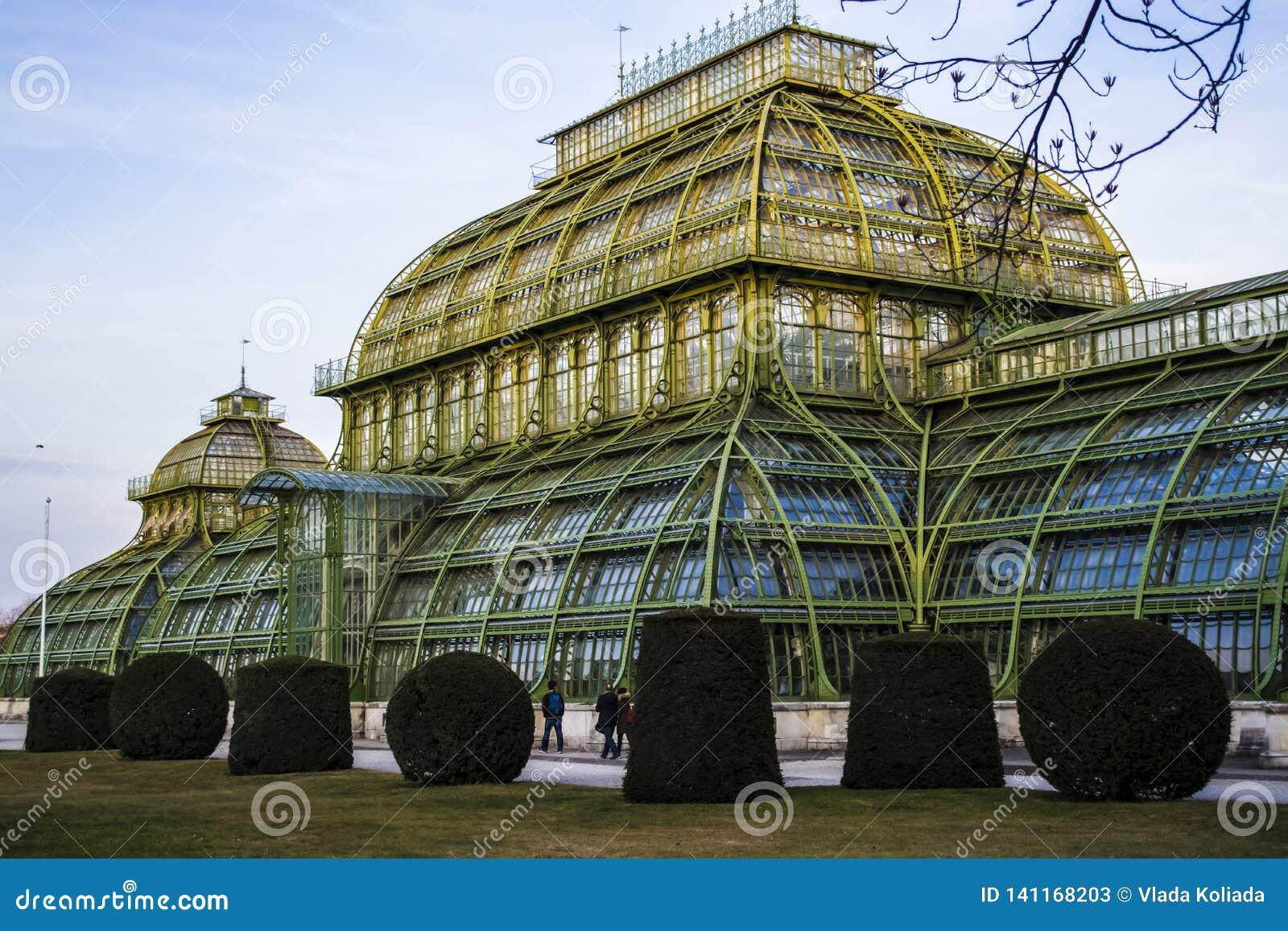 Viena, Austria 1 de marzo de 2019 Construcción de un invernadero de hierbas y de flores El edificio de cristal con los partes mov