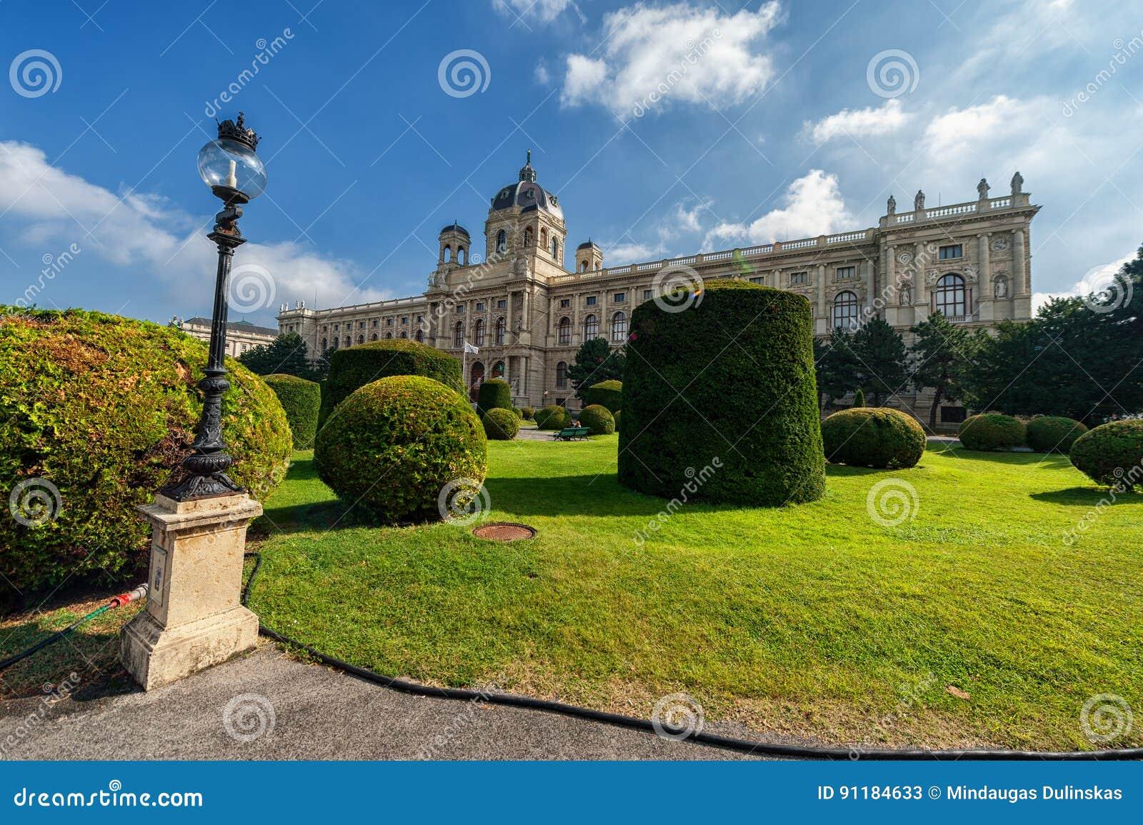 VIENA, AUSTRIA - 7 DE OCTUBRE DE 2016: Nombran a Maria Theresien Platz It en honor de la emperatriz Maria Theresa Viena, Austria