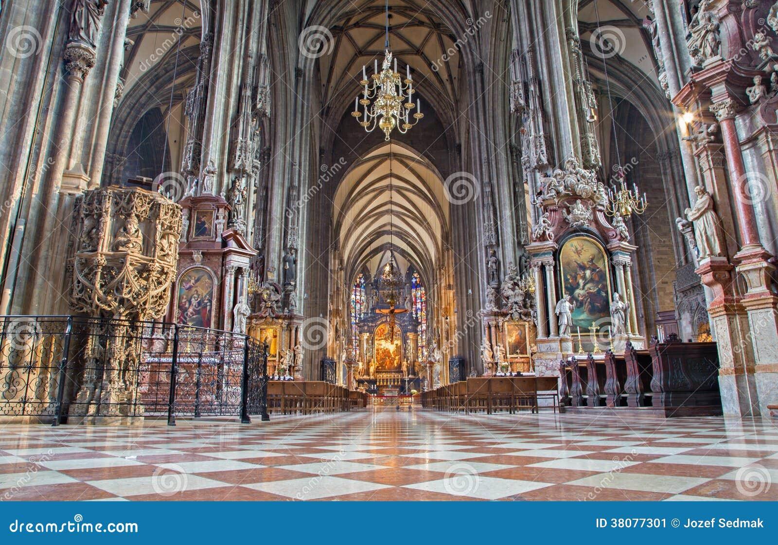 Viena - interna da catedral ou do Stephansdom do St. Stephens.