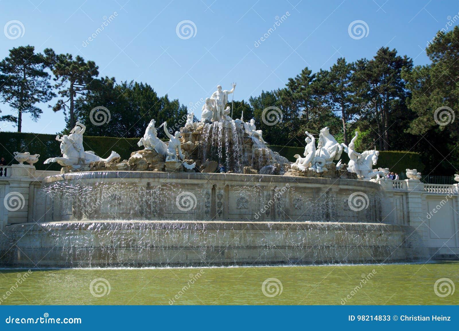 VIENNA, AUSTRIA - 30 aprile 2017: Fontana Neptunbrunnen di Nettuno in grande parterre del parco pubblico di Schoenbrunn