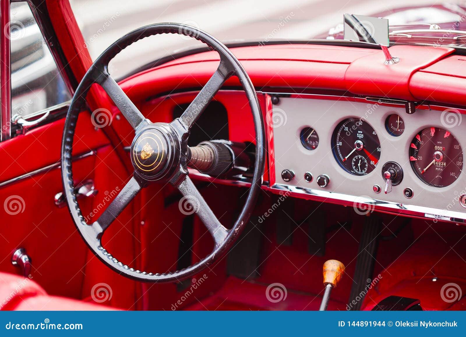 Vienna, Austria - 6 giugno 2018: Interno di retro automobile rossa