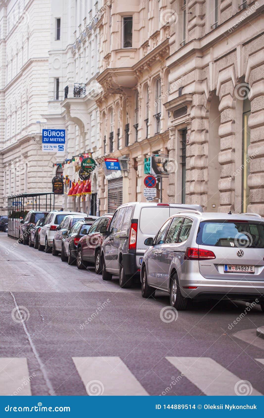 Vienna, Austria - 6 giugno 2018: Parcheggio in una fila nel centro urbano