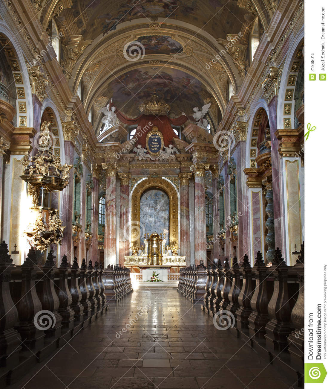 Vienna interior of baroque church stock image image for Interieur baroque