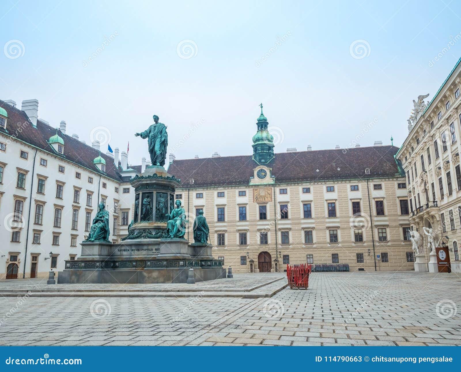VIENNE, AUTRICHE - 17 FÉVRIER 2018 : Autour du palais impérial de Hofburg presque le célèbre à Vienne, Autriche