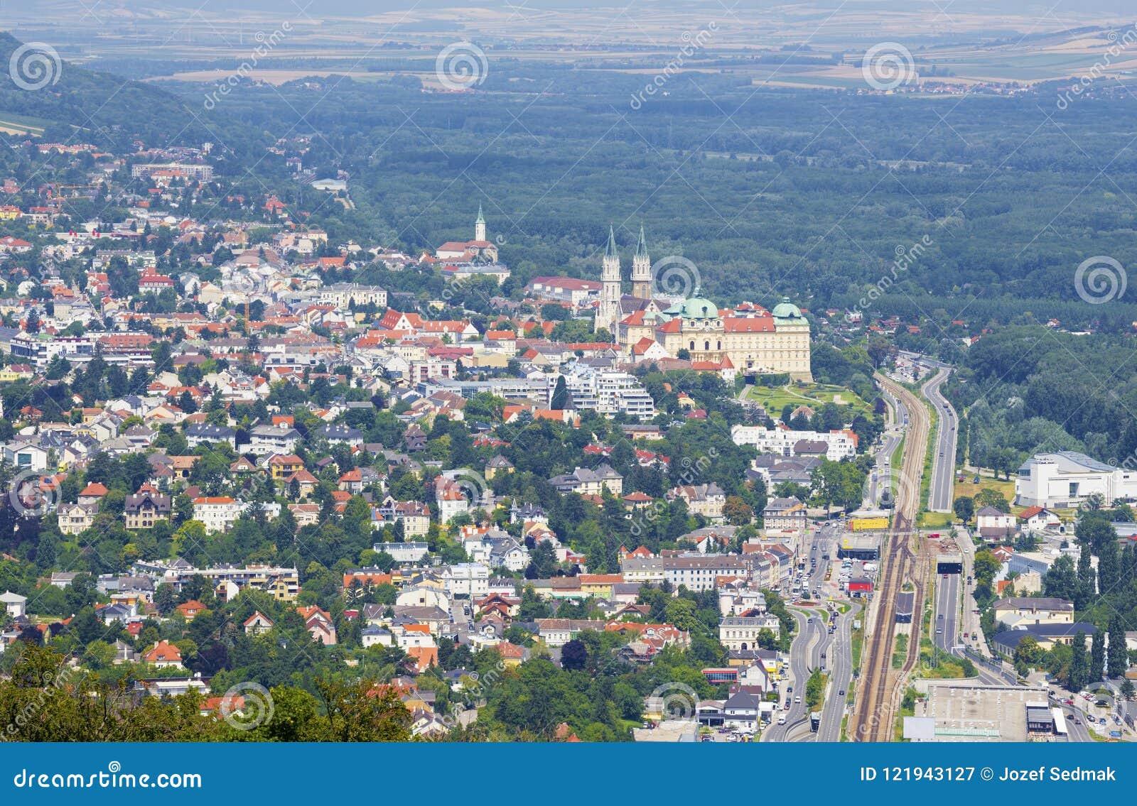 Vienne - Klosterneuburg avec le monastère dedans dans le pays d été