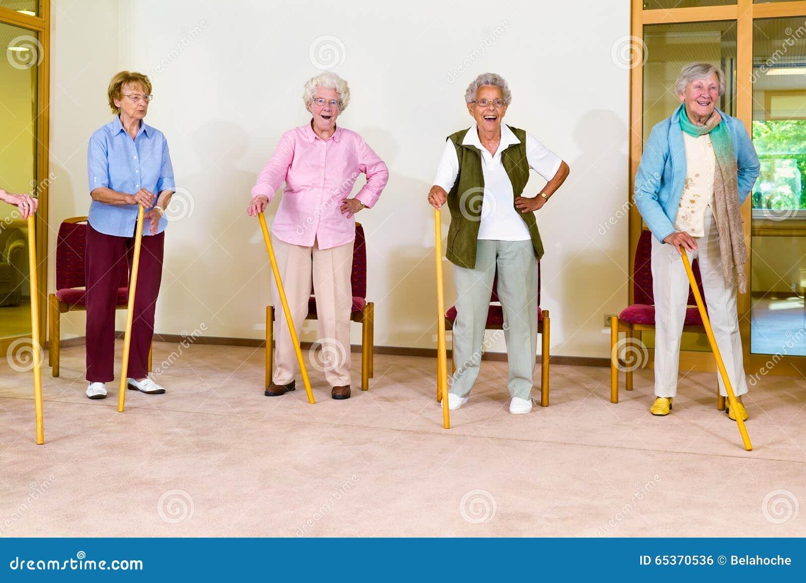Vier bejaarde wijfjes die met riet uitoefenen