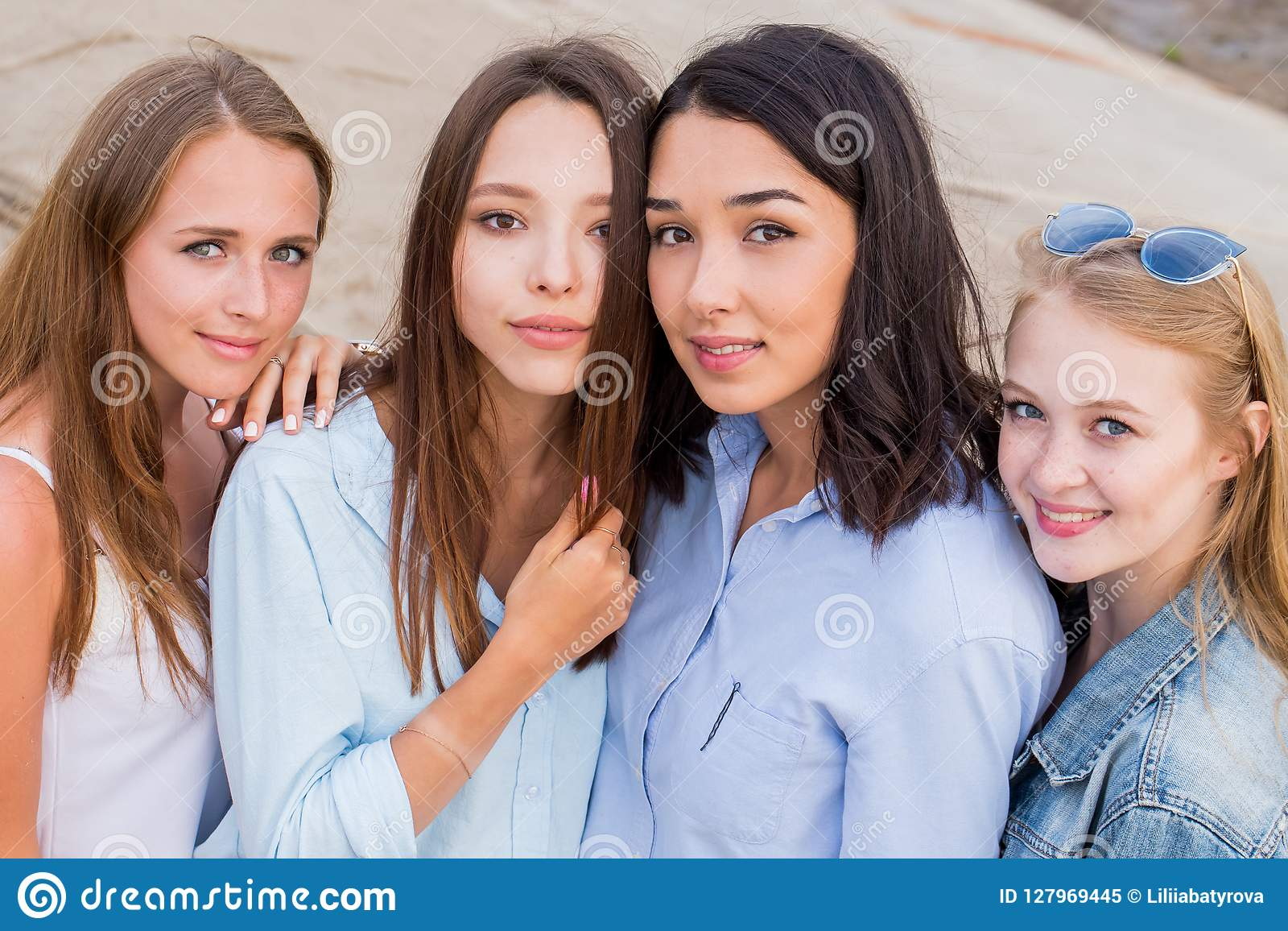 Vier beste Freundinnen, die zusammen Kamera betrachten Leute, Lebensstil, Freundschaft, Berufungskonzept