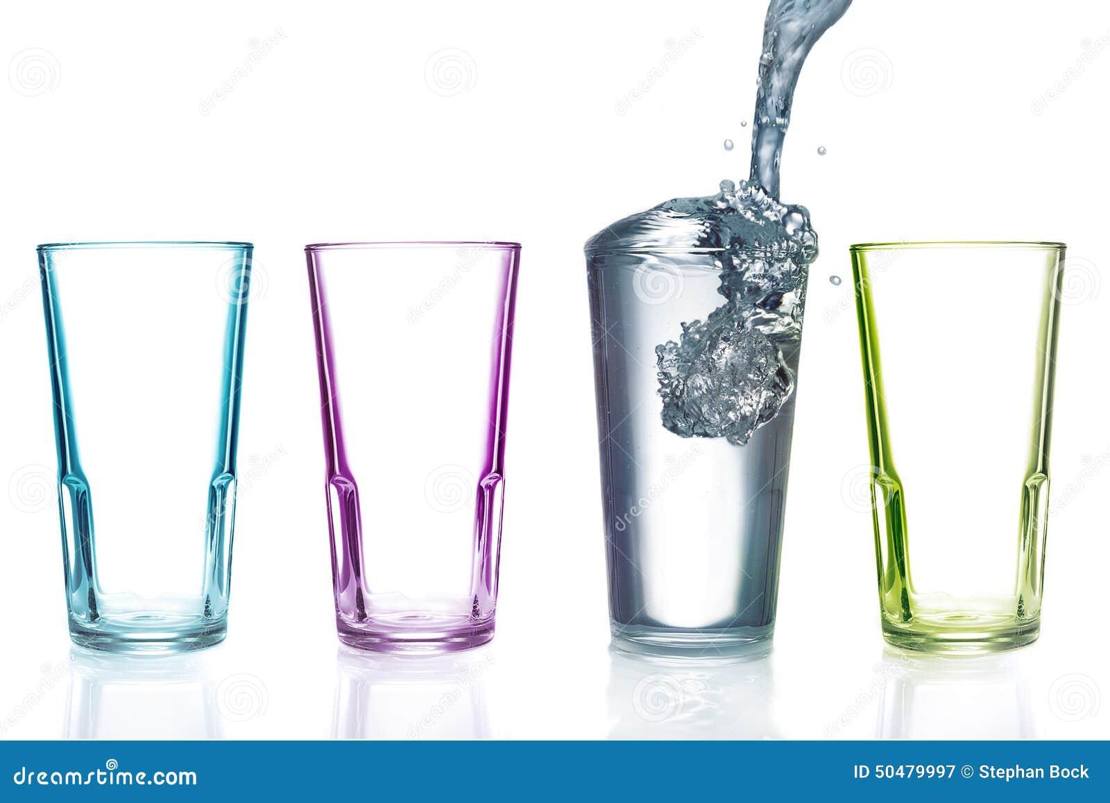 Vier bunte Trinkgläser, eins mit Wasser