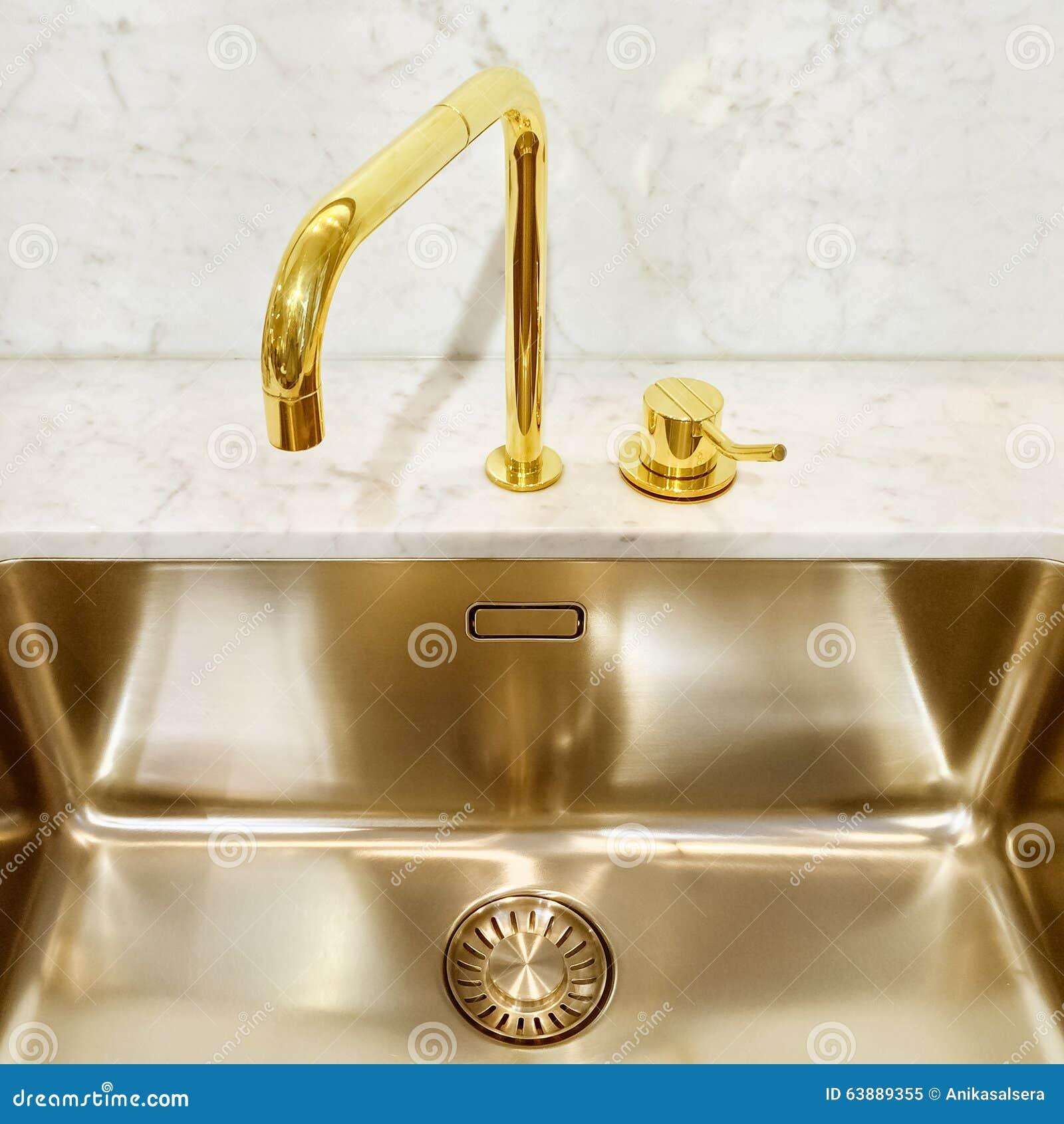Vier de cuisine avec le robinet d 39 or photo stock image for Les robinets de cuisine