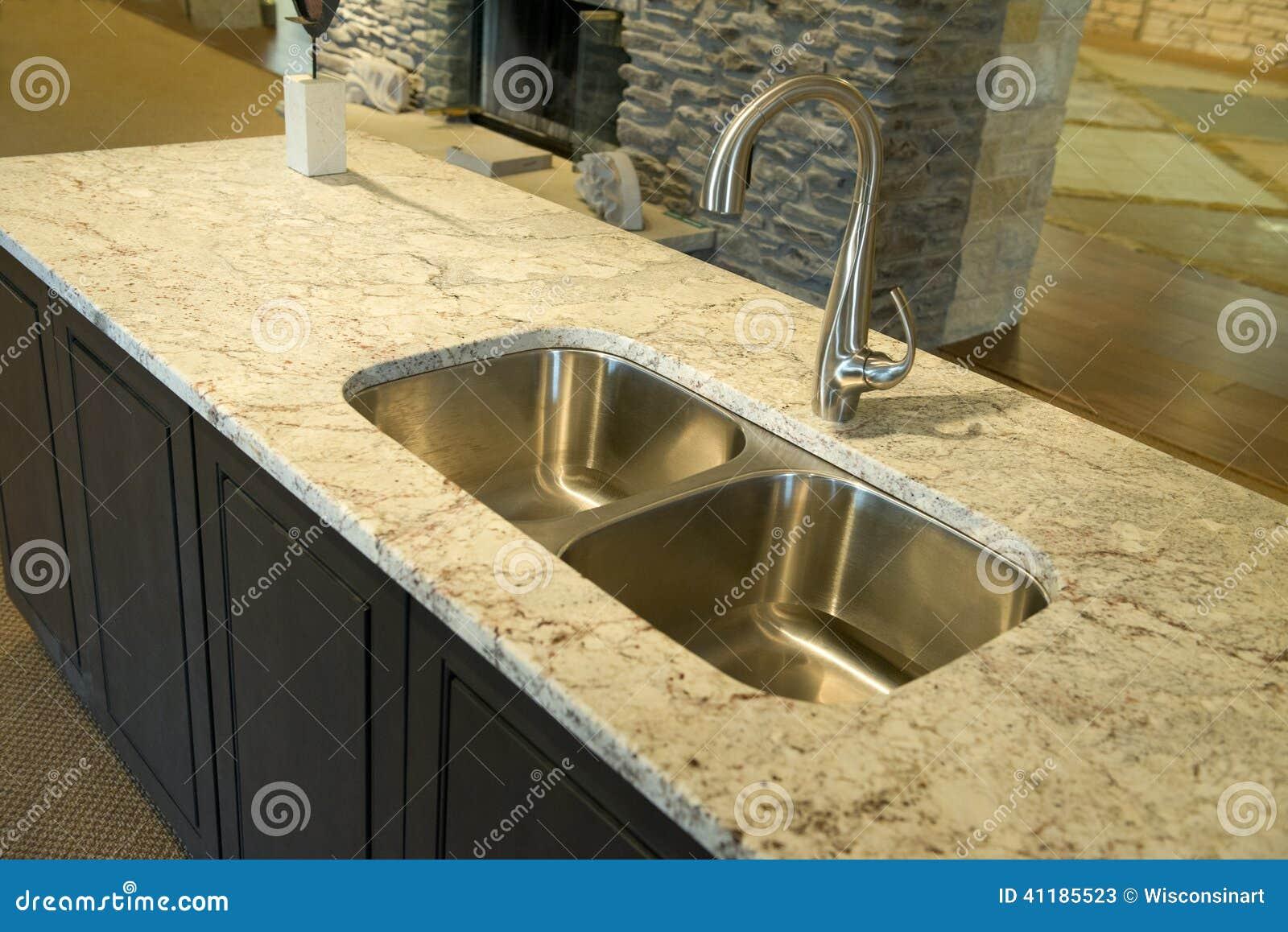 Évier de cuisine moderne avec le plan de travail de granit photo ...