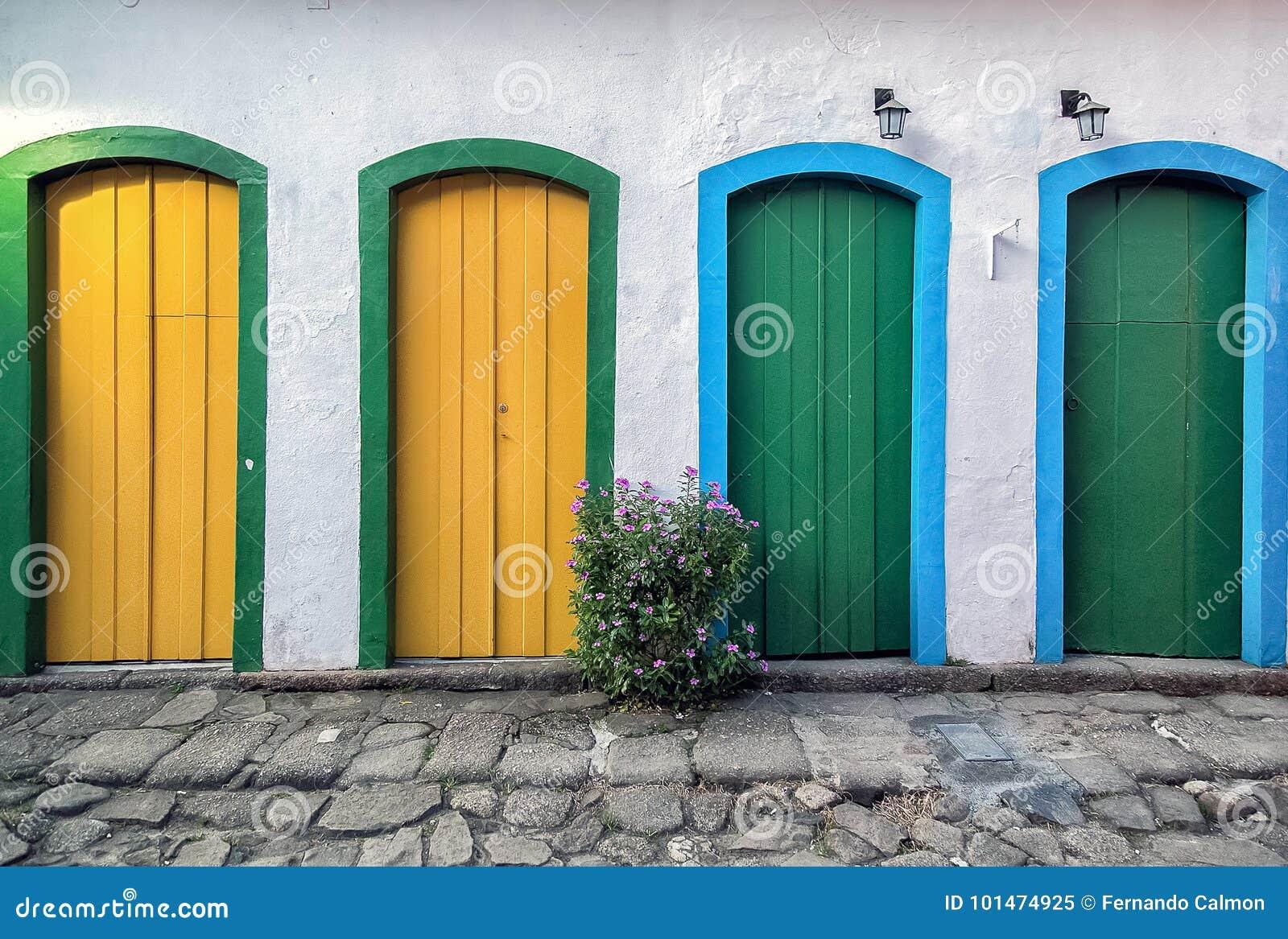 Vier deuren onderaan straat