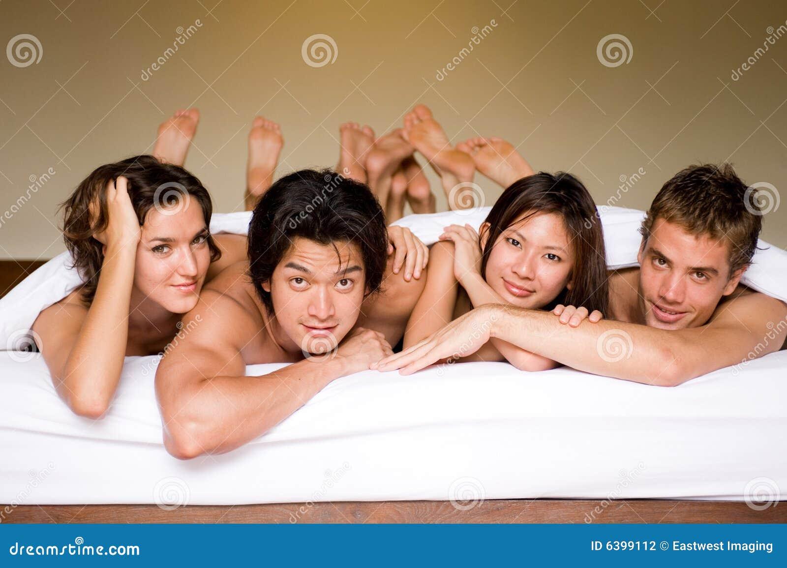 Vier in einem Bett