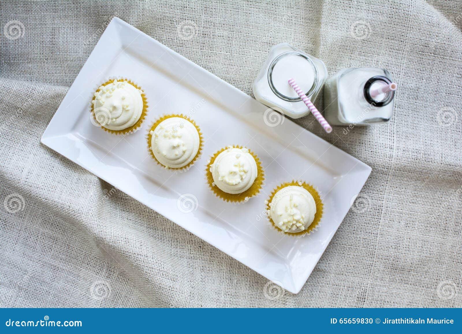 Vier Franzosische Vanillekleine Kuchen Und Milch Im Flaschenglas