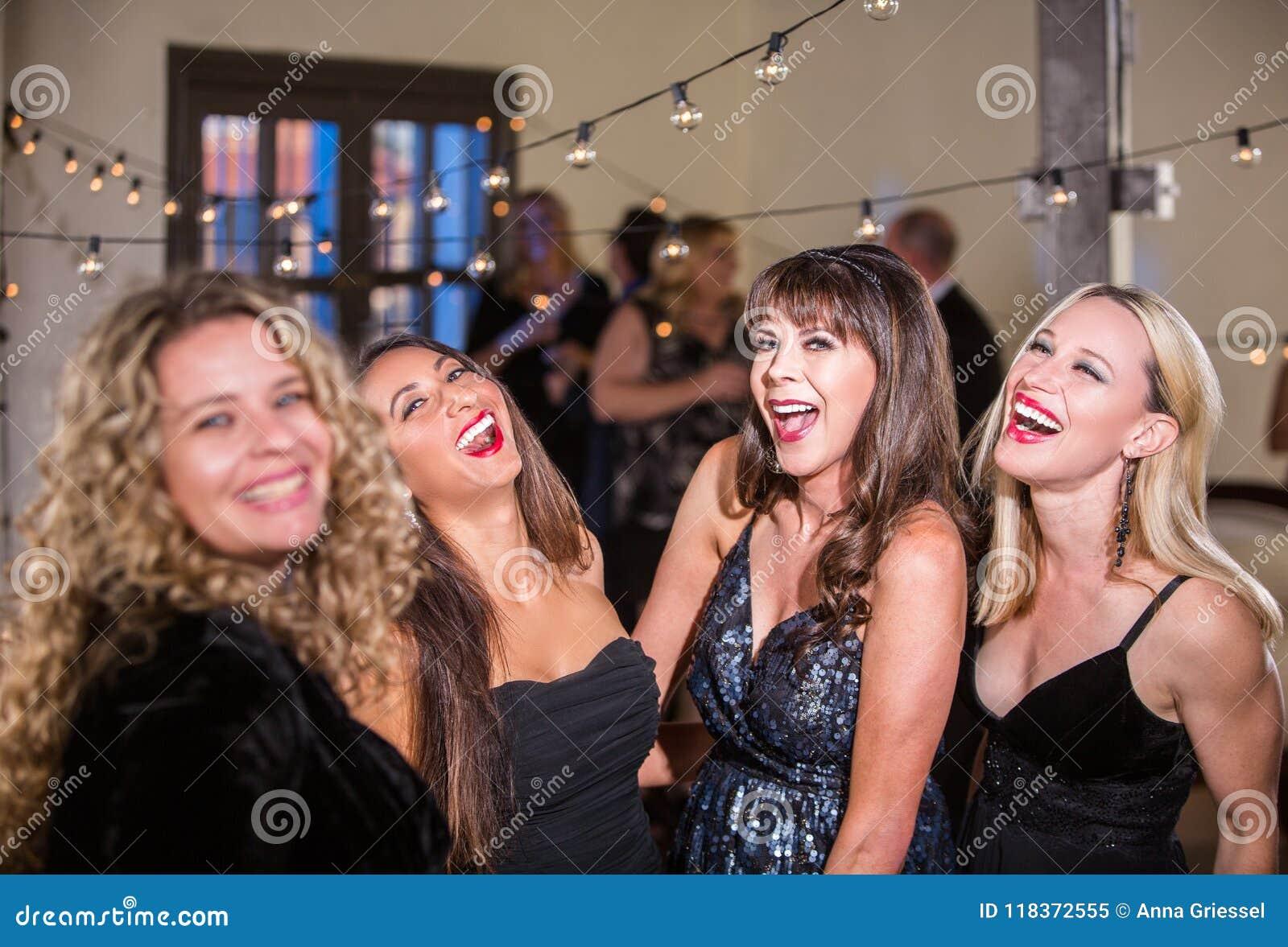 Vier Frauen, die laut über eine Partei lachen