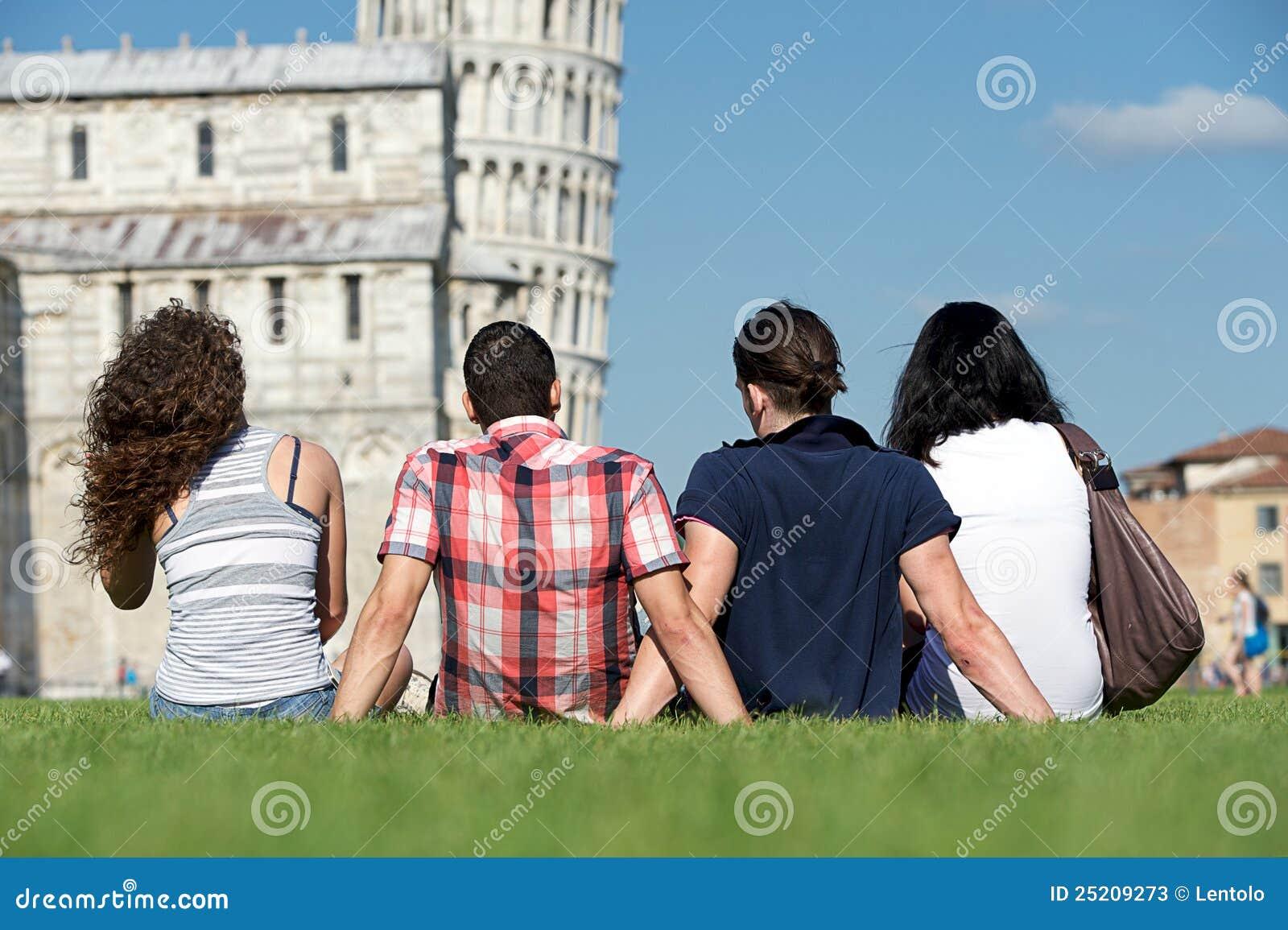 Vier Freunde auf Ferien Pisa besichtigend