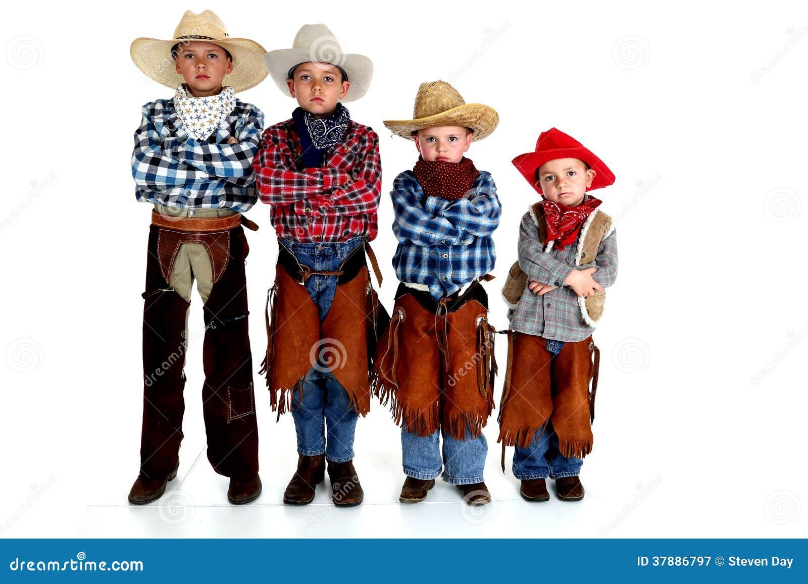Vier jonge cowboybroers die zich met wapens bevinden vouwden ernstige exp
