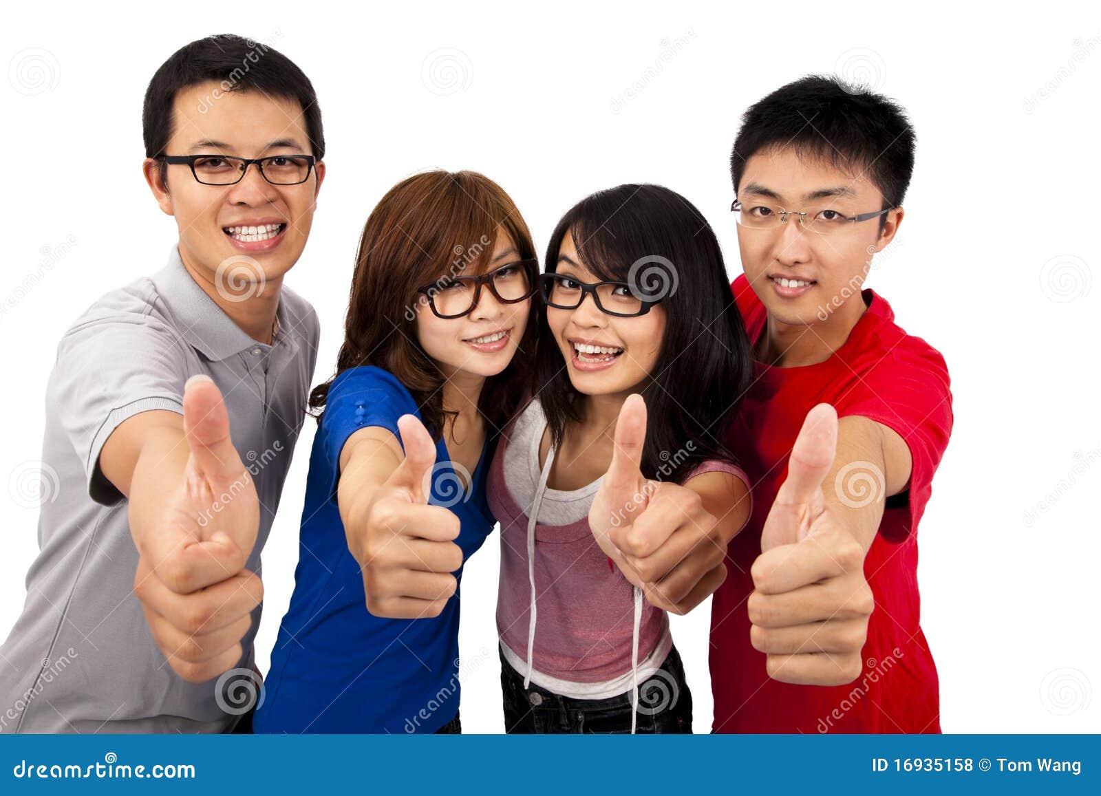 Vier jonge tieners en duim omhoog