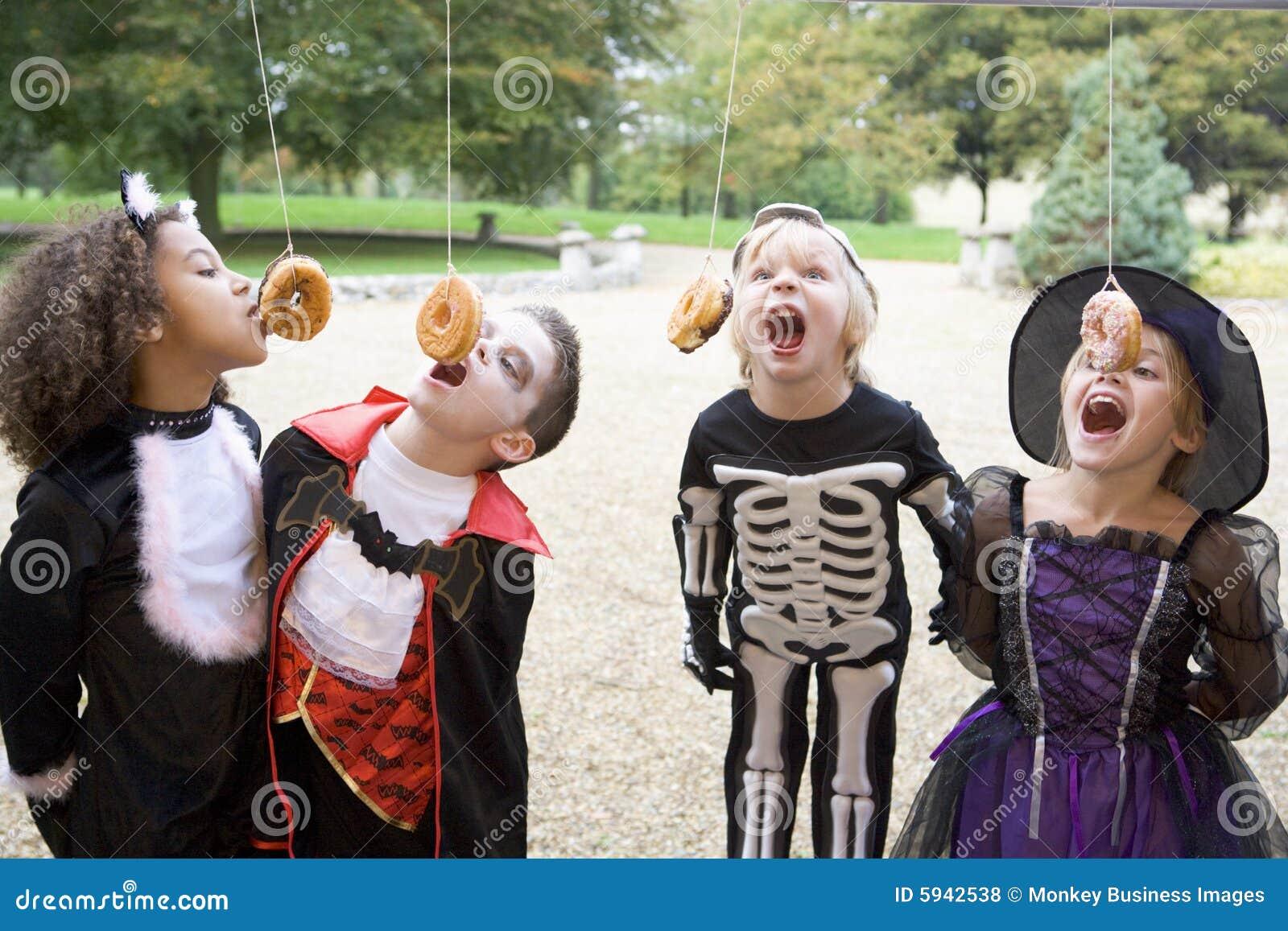 Vier jonge vrienden op Halloween in kostuums